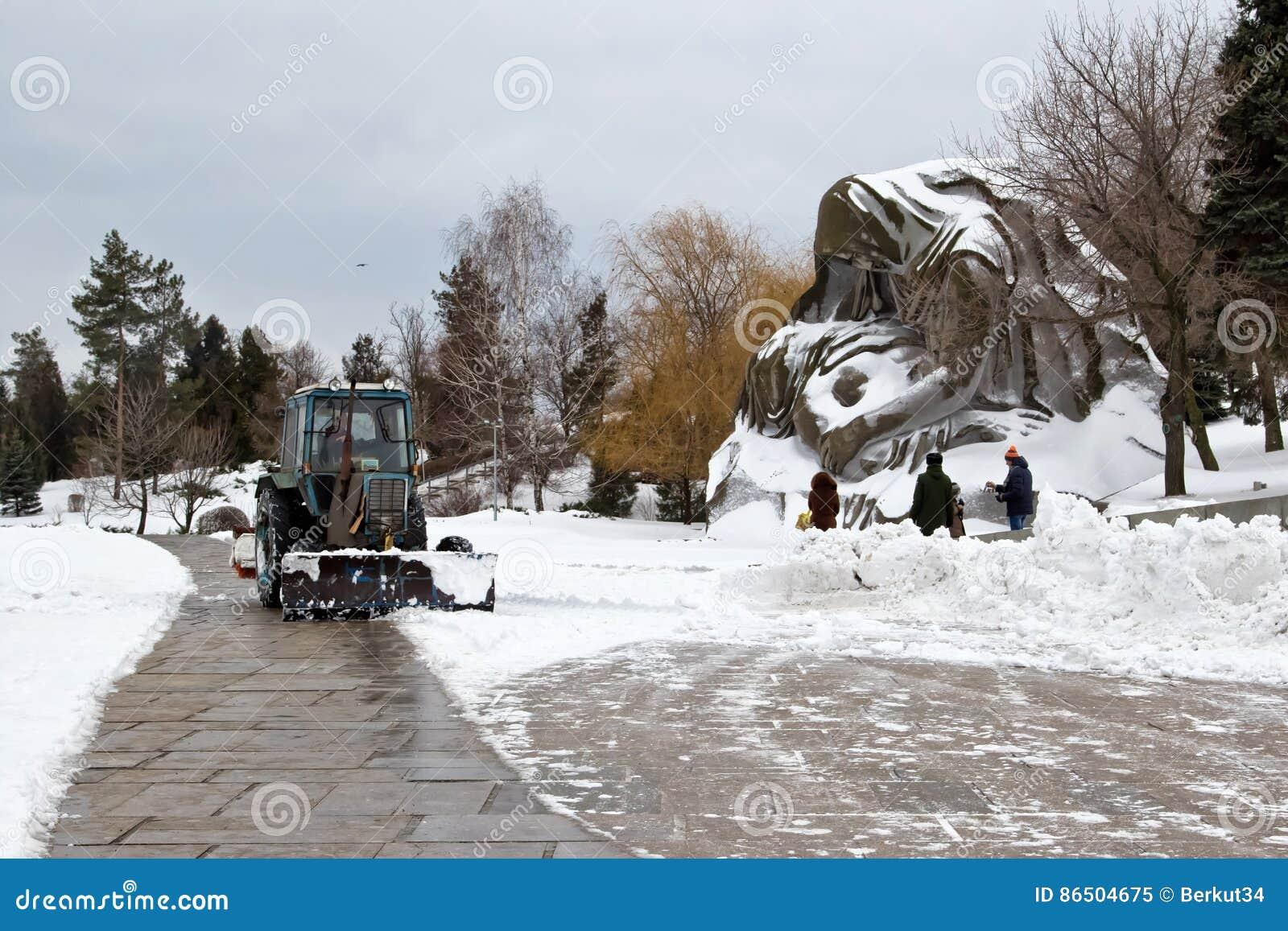 Удаление снега после снежности мемориальное сложное Mamaev Kurgan