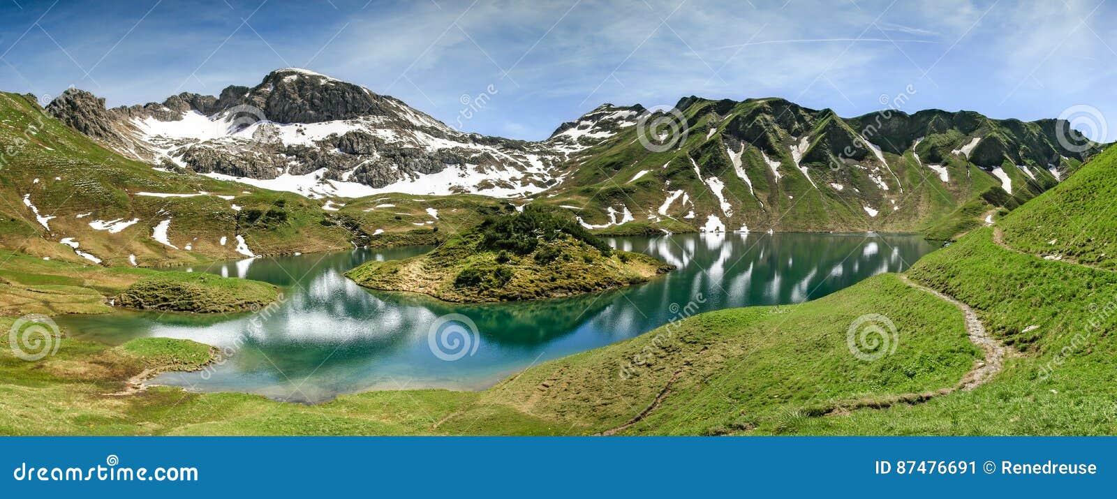 Удаленное озеро вверх по максимуму в высокогорных горах Schrecksee