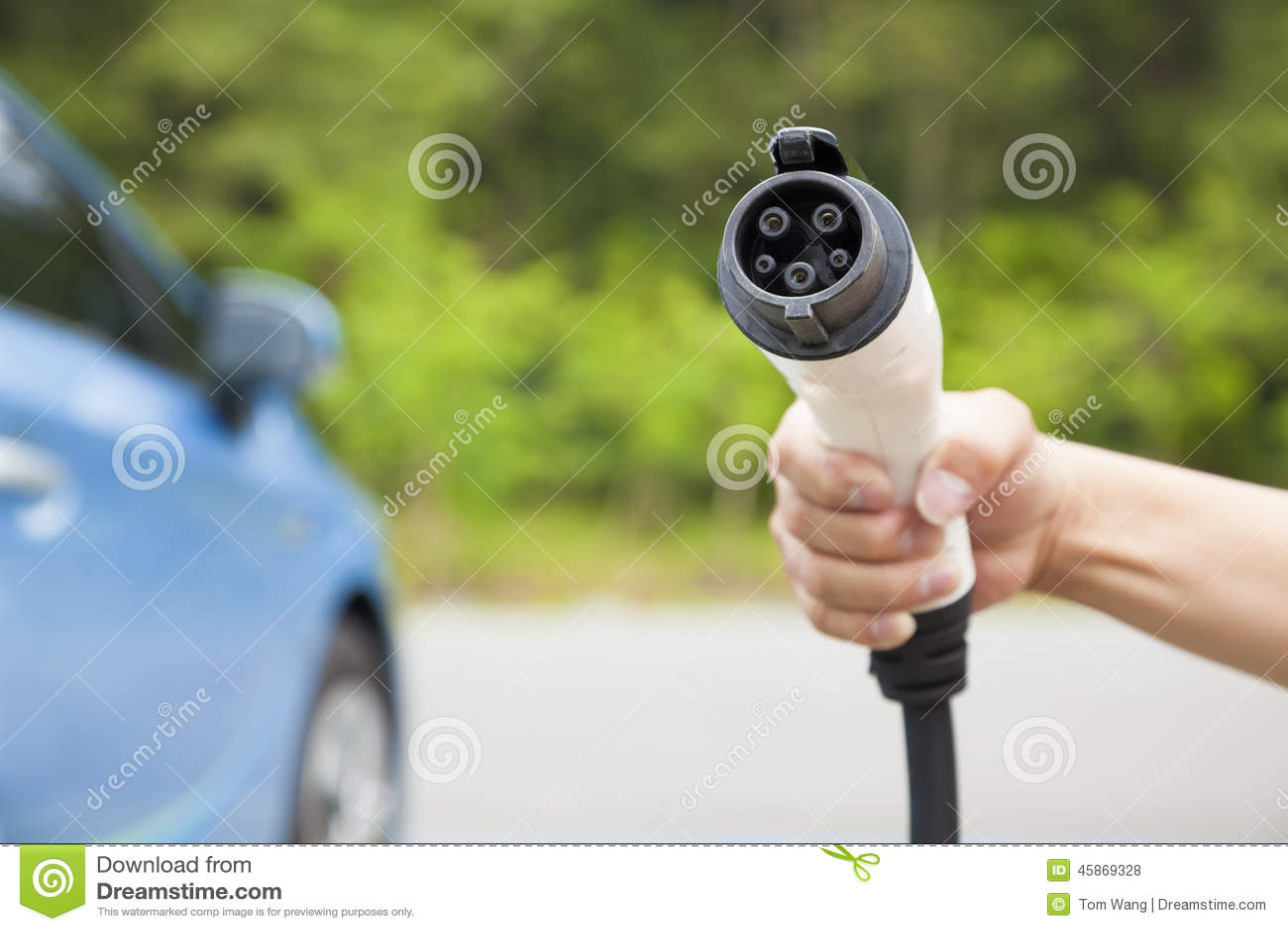 Удерживание руки затыкает внутри соединитель для поручать электрический автомобиль