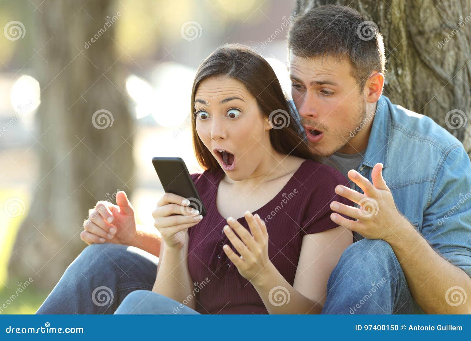 Удивленные пары находя изумительное содержание на линии