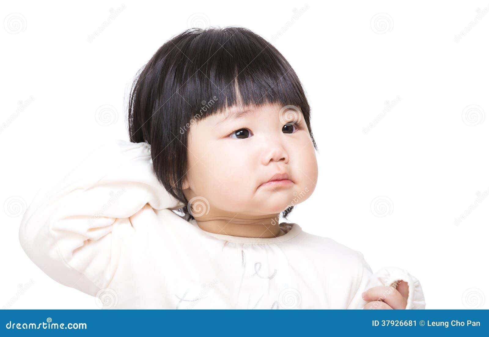 Удивленный младенец царапая голову