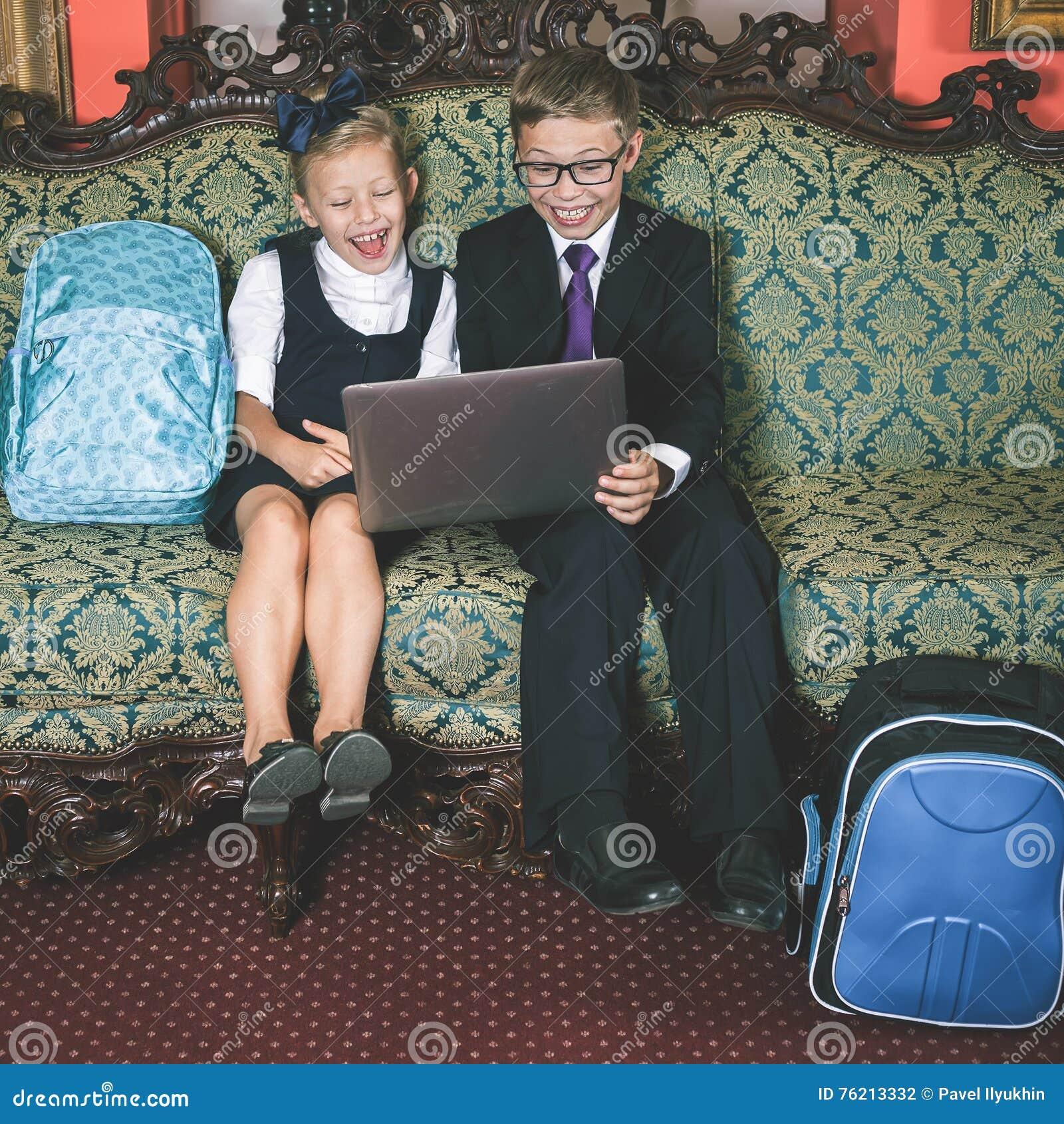 Удивленный портативный компьютер пользы детей школы
