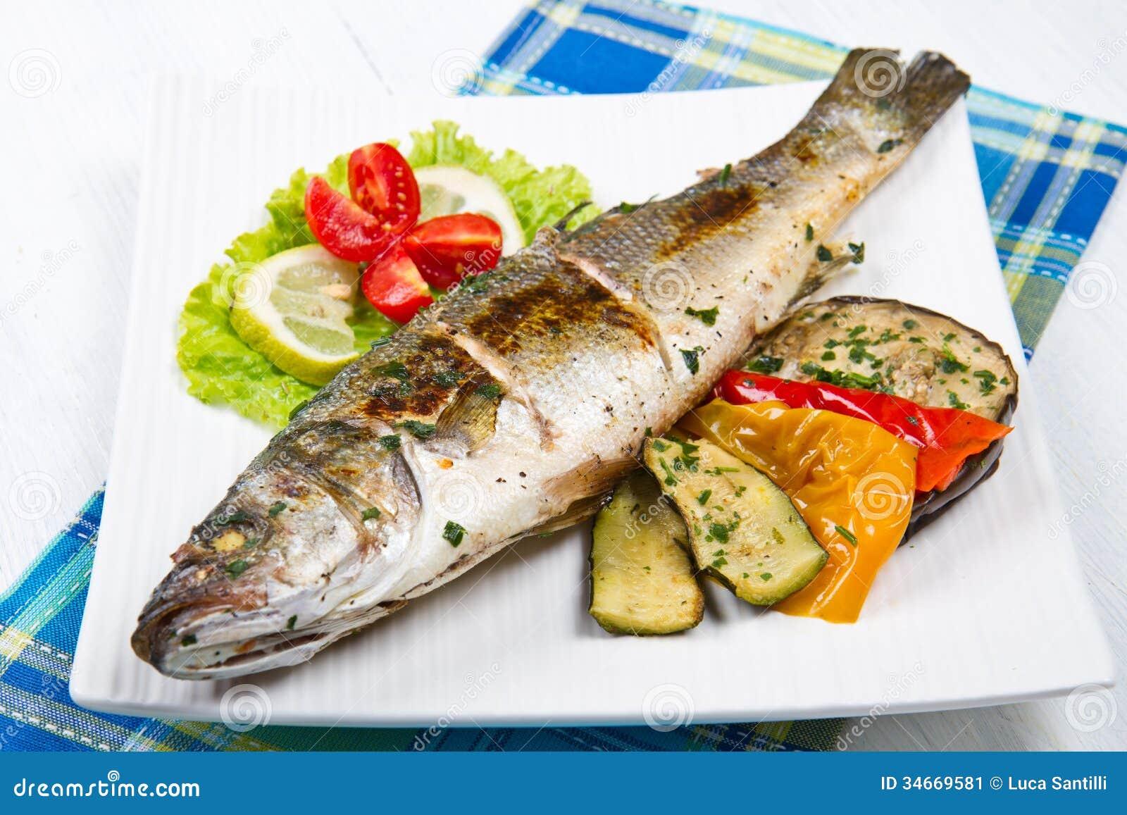 Удите, морской окунь зажаренный с лимоном и зажаренные овощи