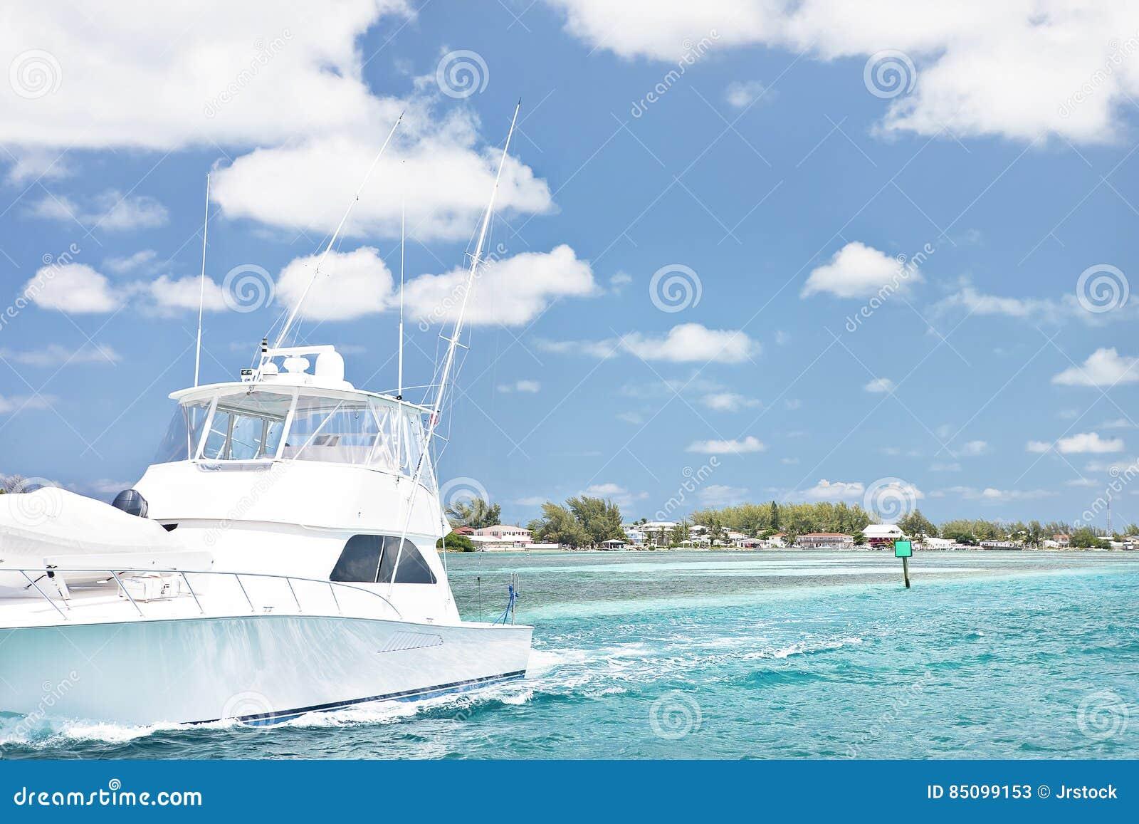 Удить корабль с оборудованиями на стороне моря