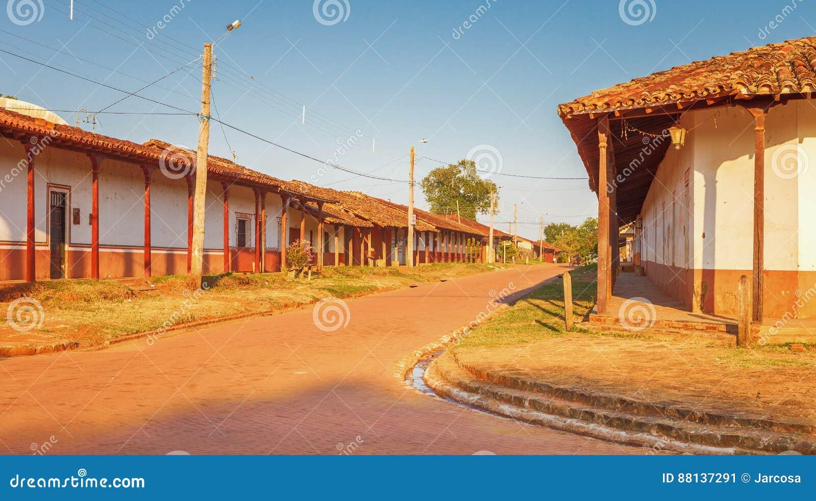 Улица в деревне Консепсьоне, полетах иезуита в зону Chiquitos, Боливию