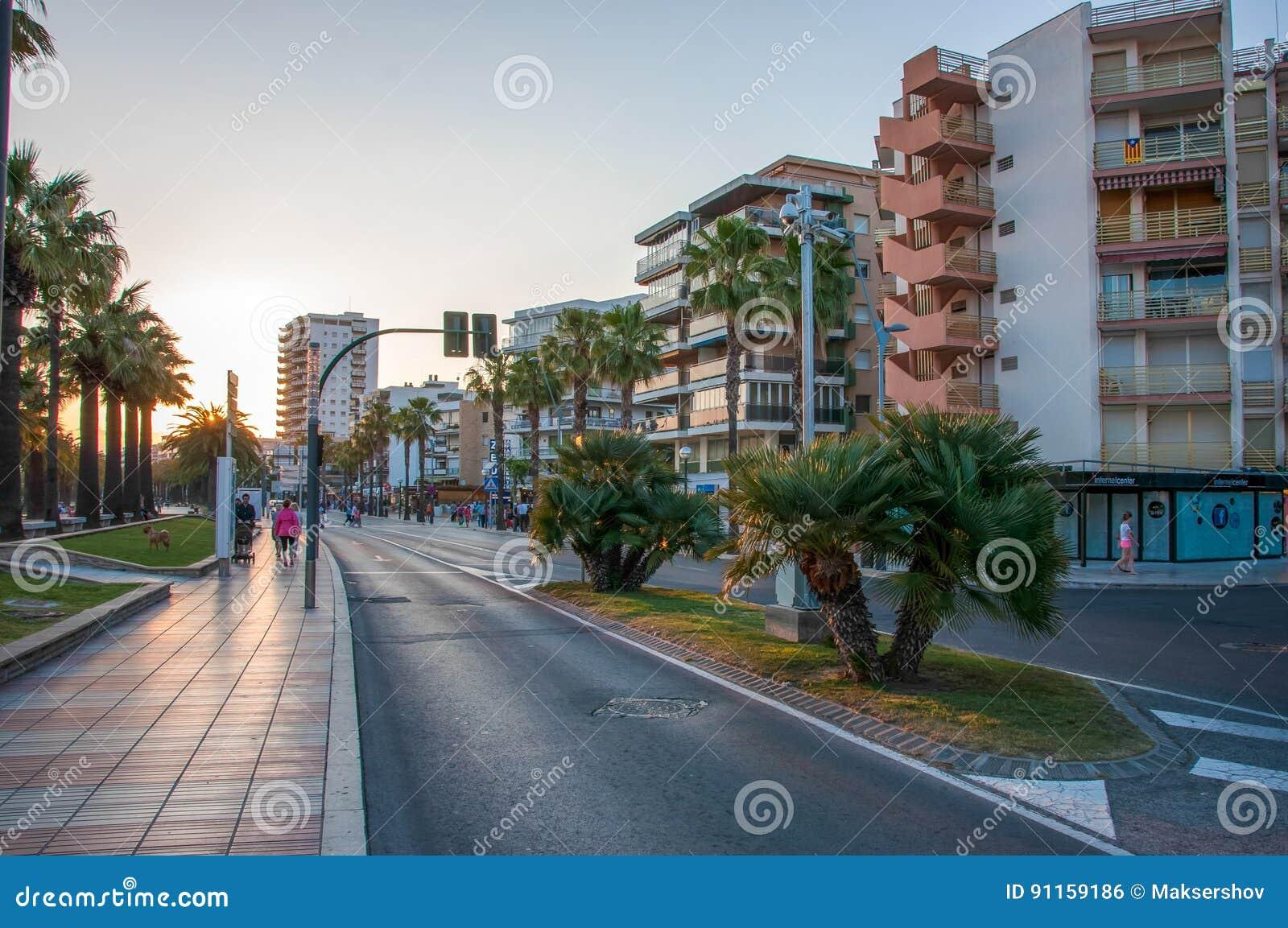 Улица вдоль прогулки в городе Salou