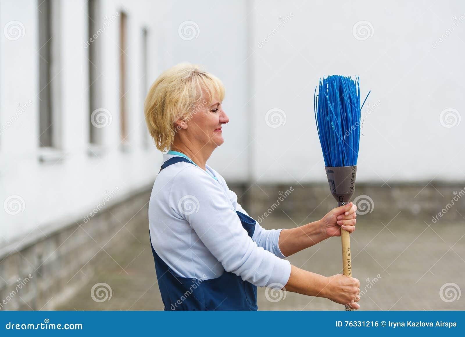 Улица города чистки портрета работника с инструментом веника