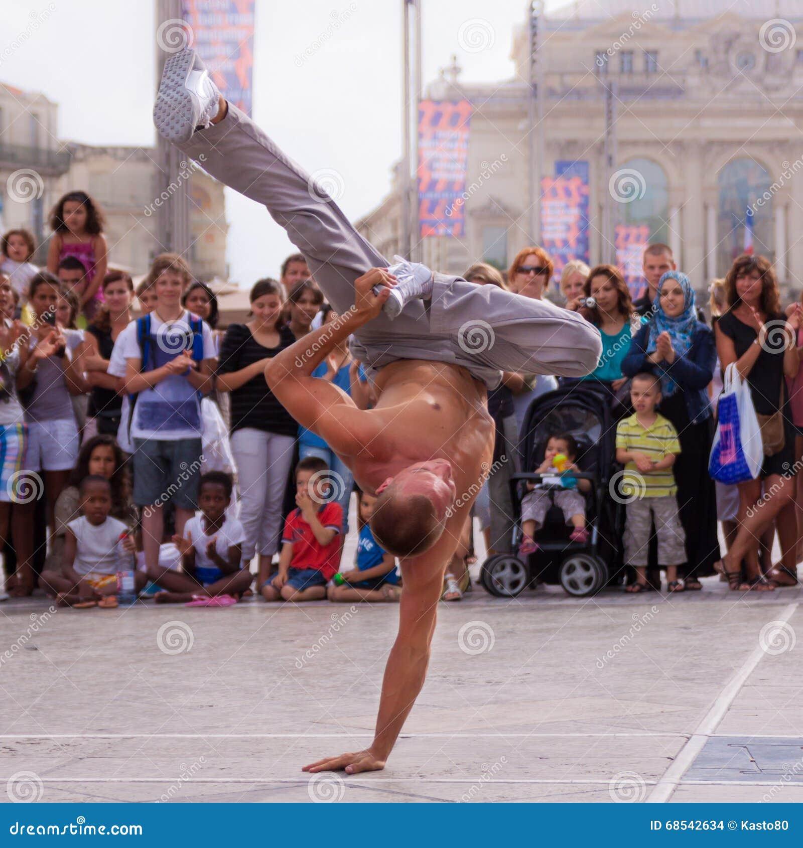 Уличный исполнитель breakdancing на улице