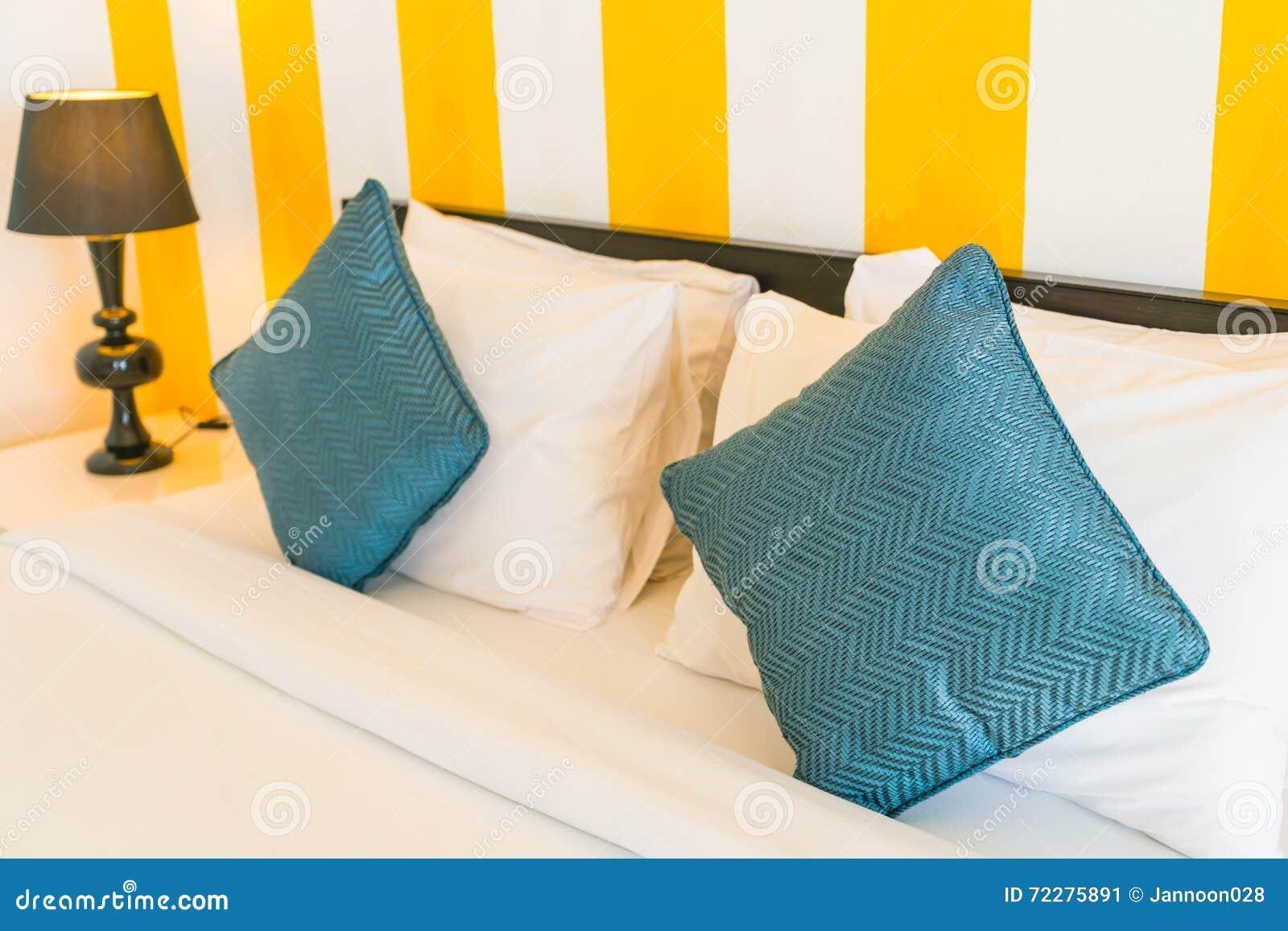 Download Удобные подушки и кровать стоковое изображение. изображение насчитывающей роскошь - 72275891
