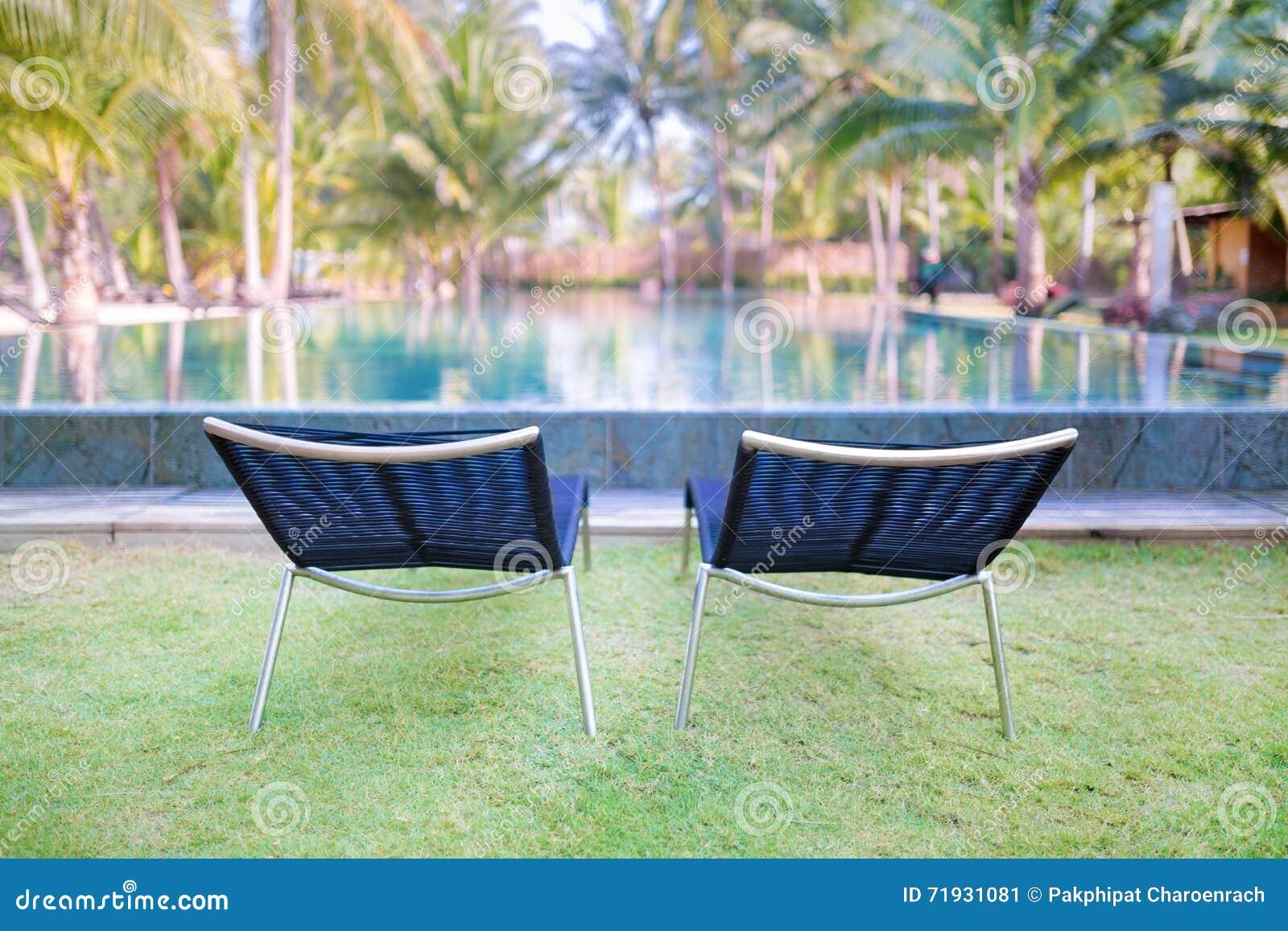 2 удобных кресла для отдыха на зеленой траве около swimmi