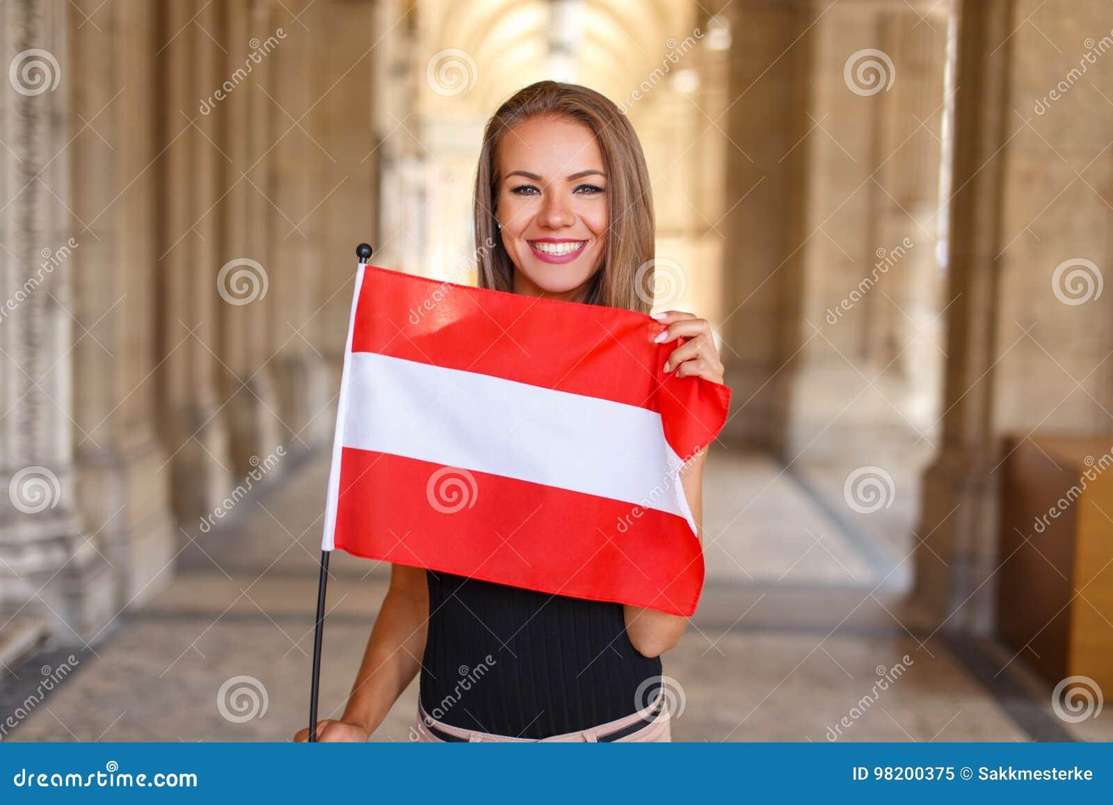 Download Улыбка молодой женщины с австрийским флагом Стоковое Изображение - изображение насчитывающей счастливо, свеже: 98200375