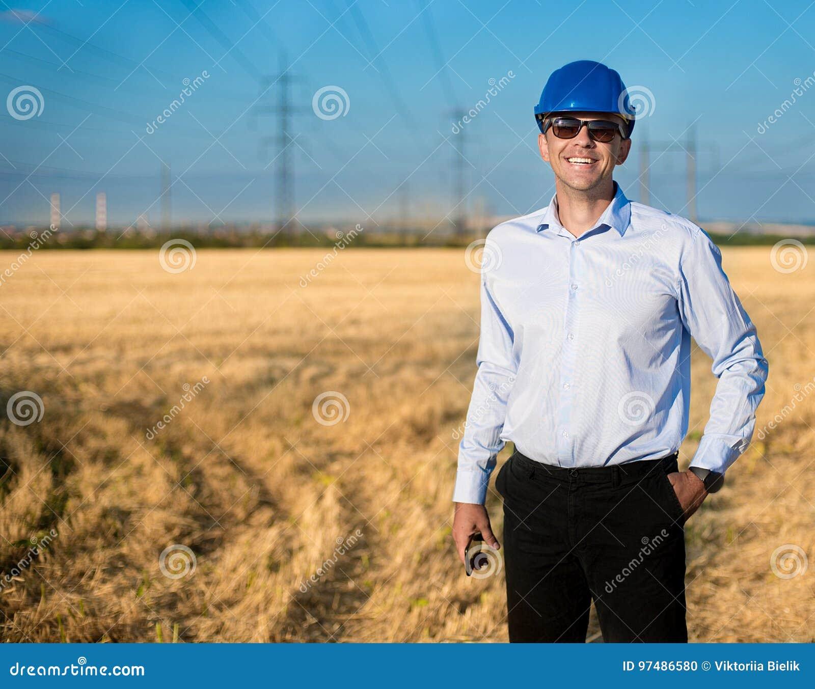 Улыбки инженера или работника в защитном шлеме