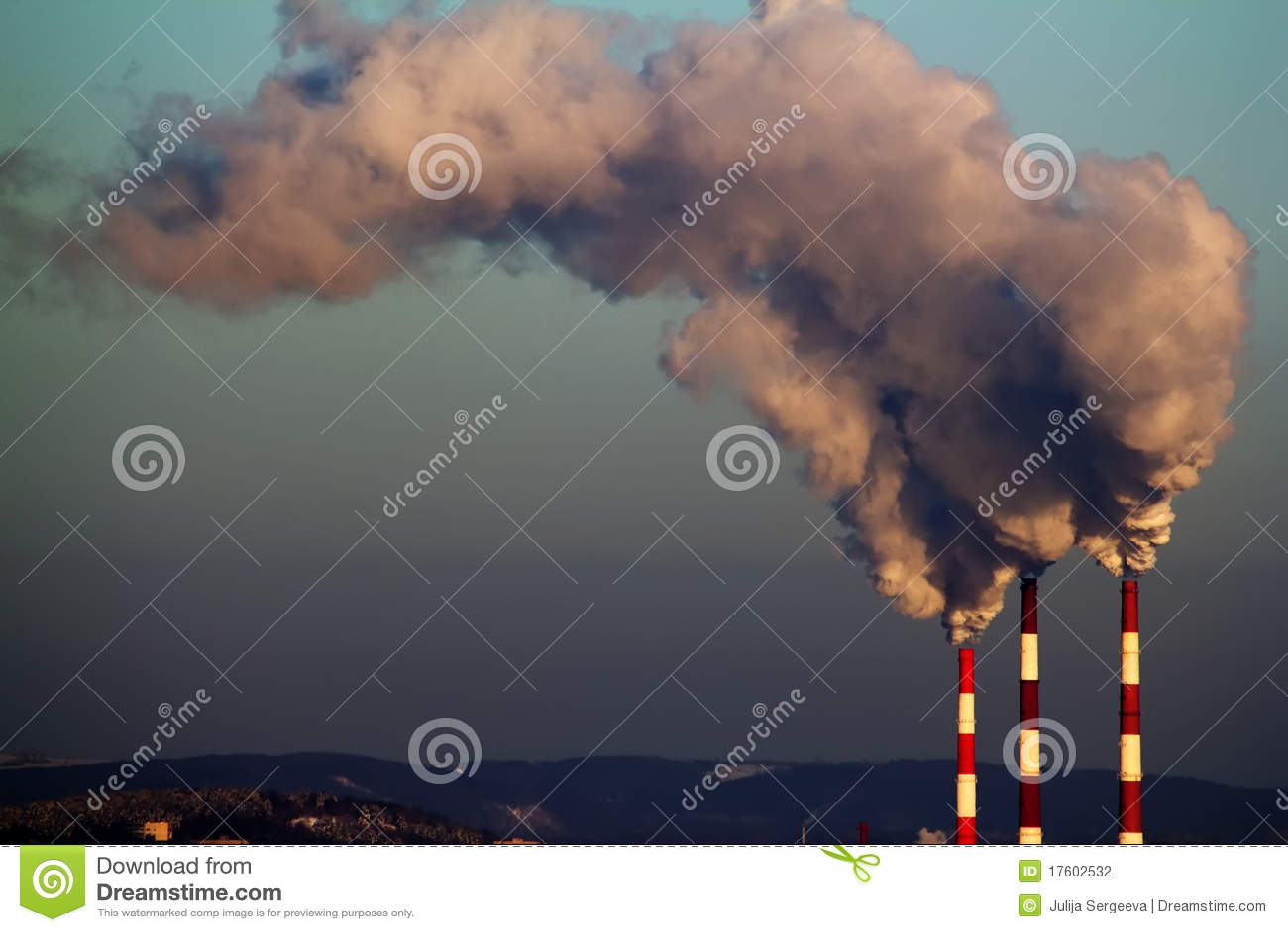 фабрика пускает дым по трубам