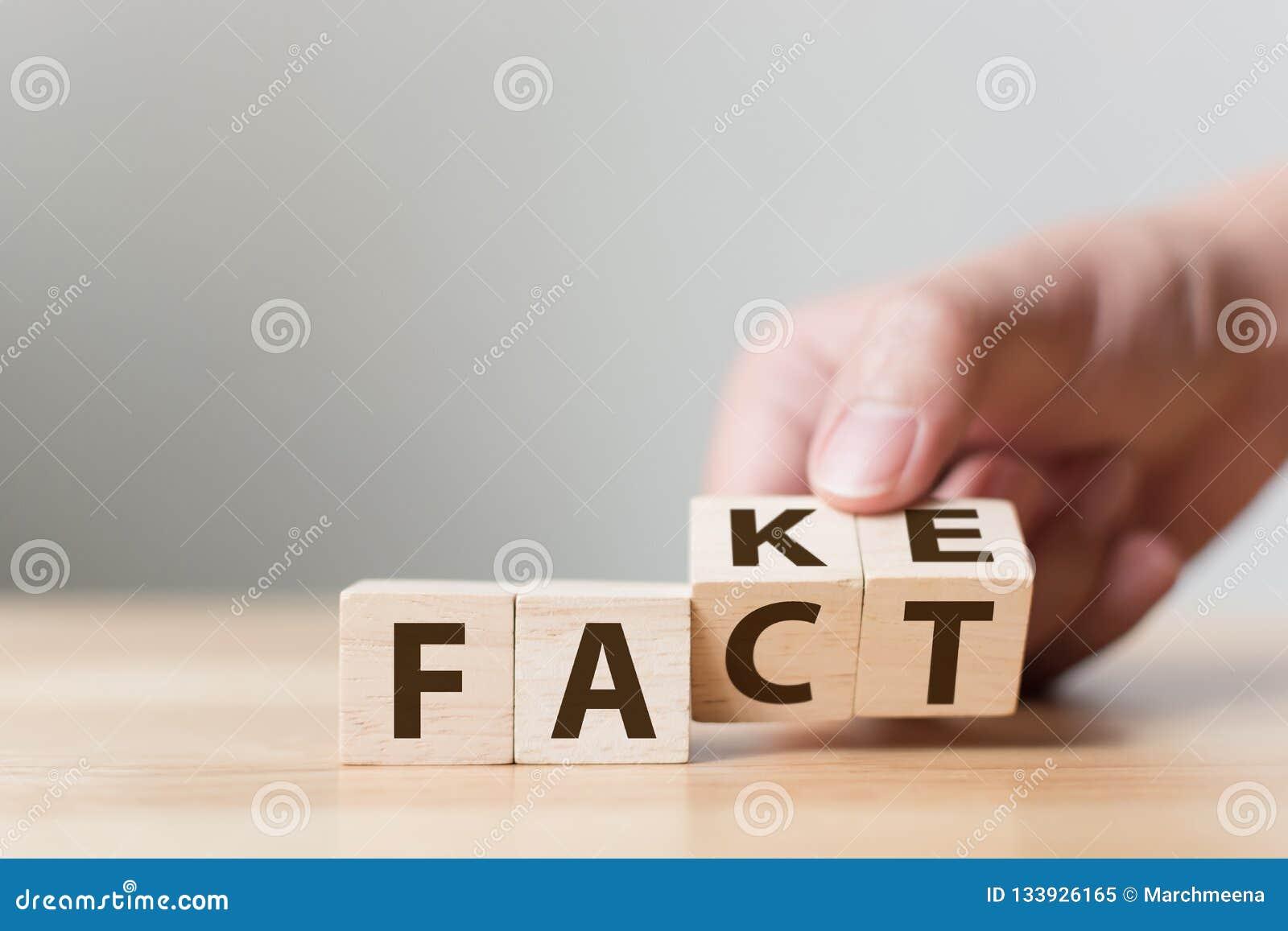 Факт или поддельная концепция, изменение куба сальто руки деревянное слово, апрель