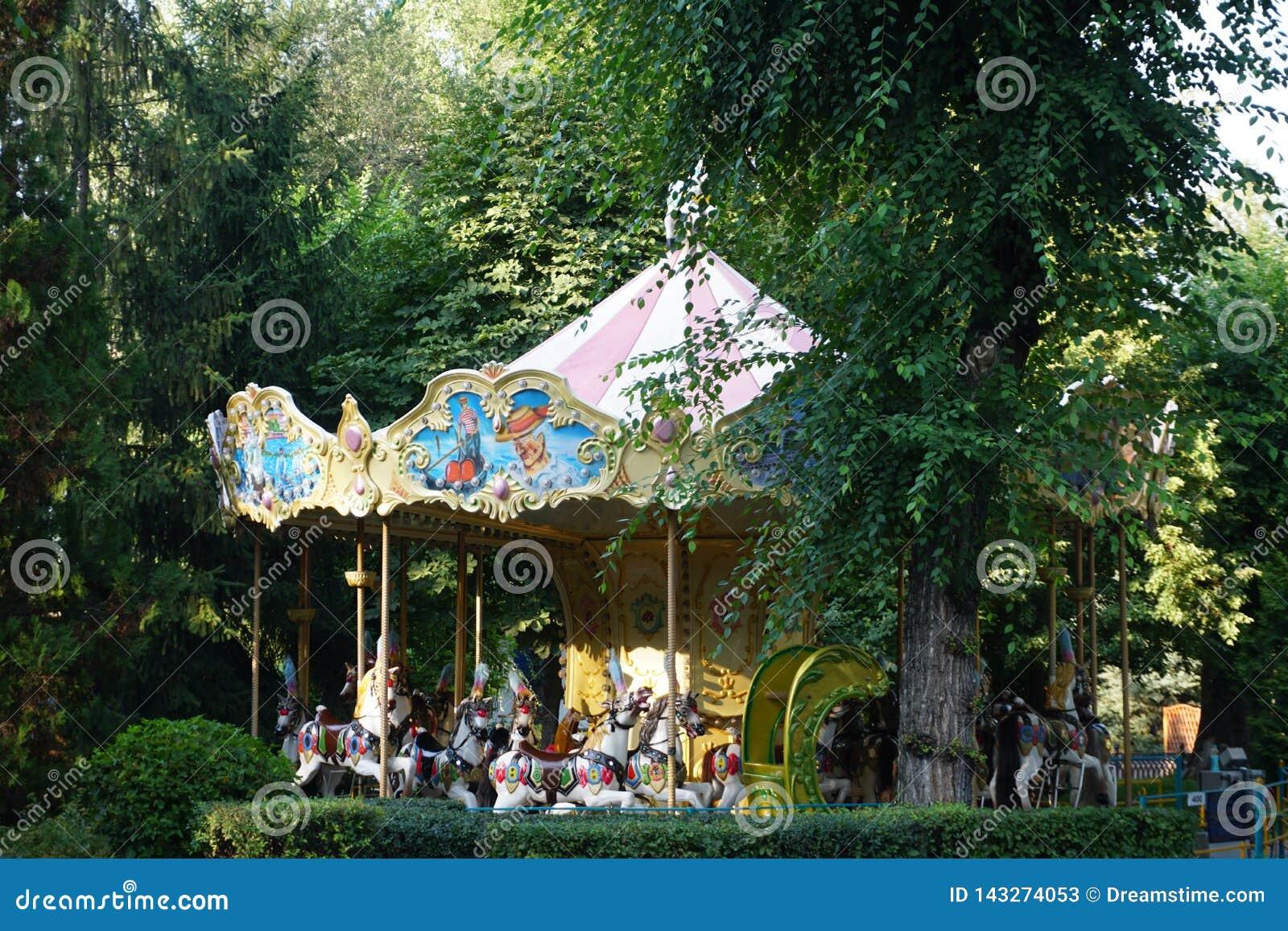 Фантазия ` s детей Парк утехи Carousel с лошадями