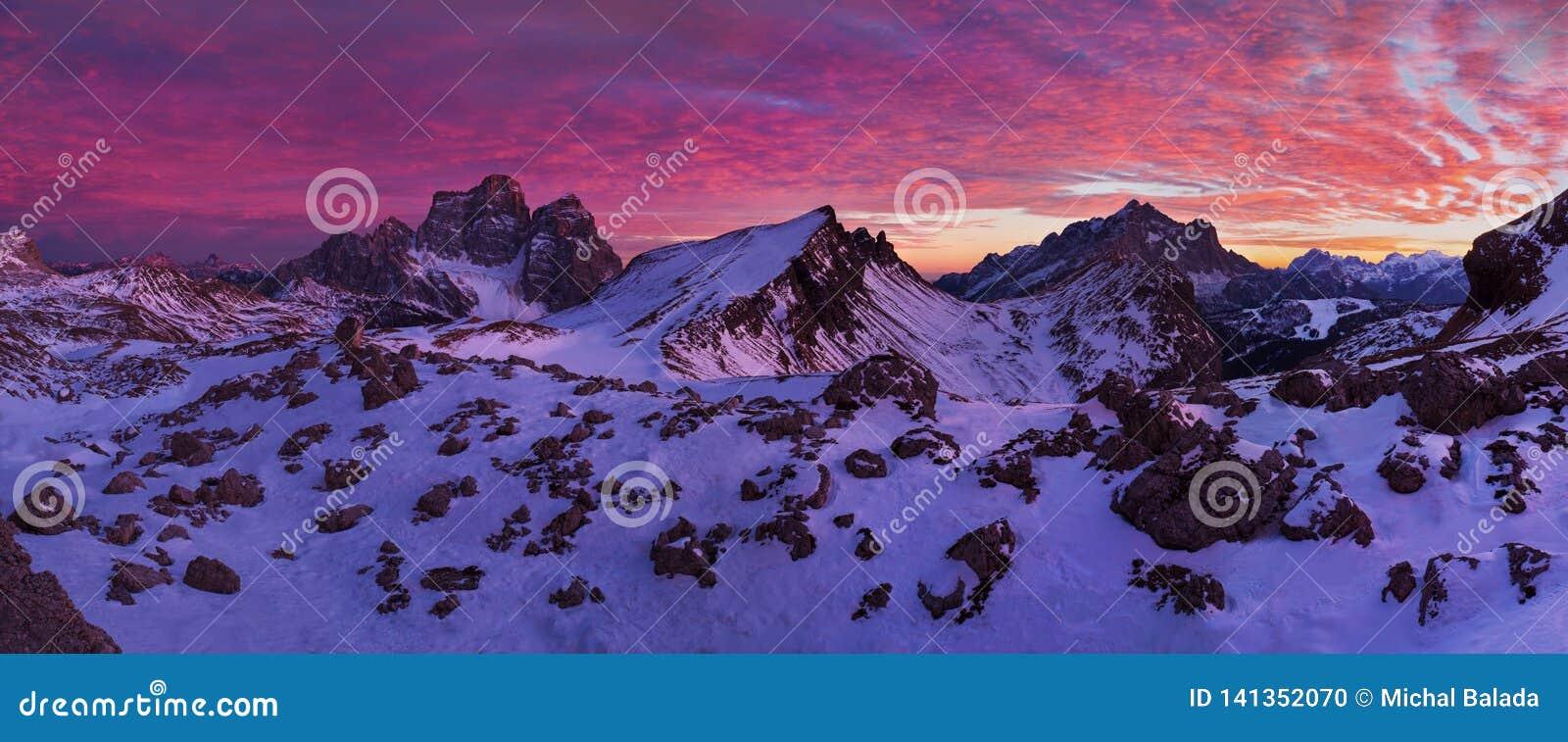 Фантастический заход солнца в горах доломитов, южный Тироль, Италия в зиме Итальянская высокогорная панорама в горе Dolomiti на з