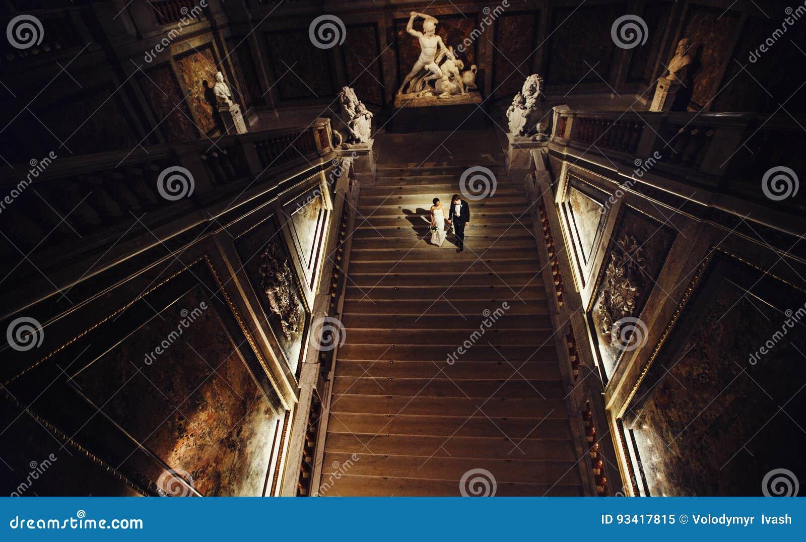 Фара освещает пару свадьбы идя вниз в dar