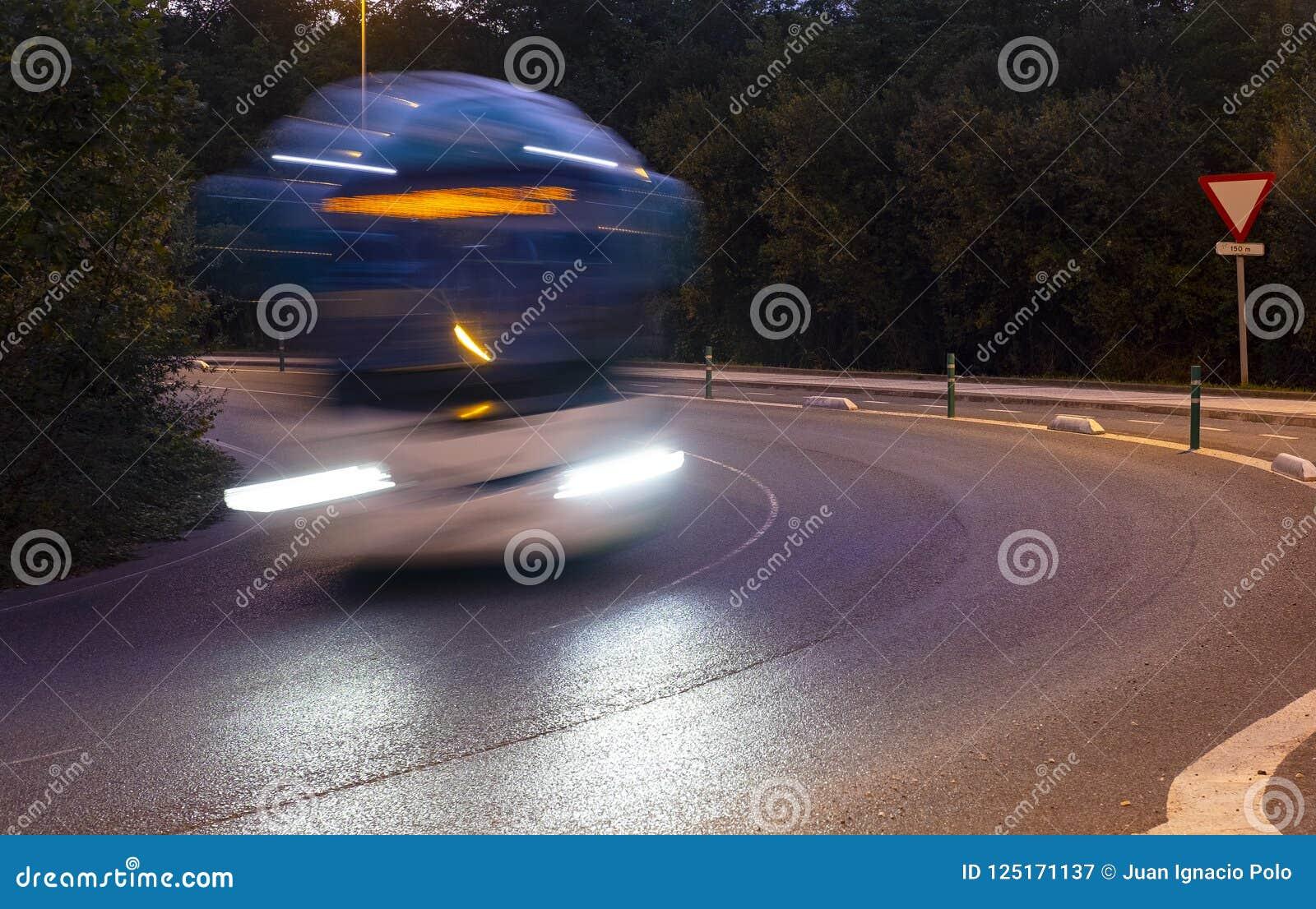 Фары причаливая шины на дороге
