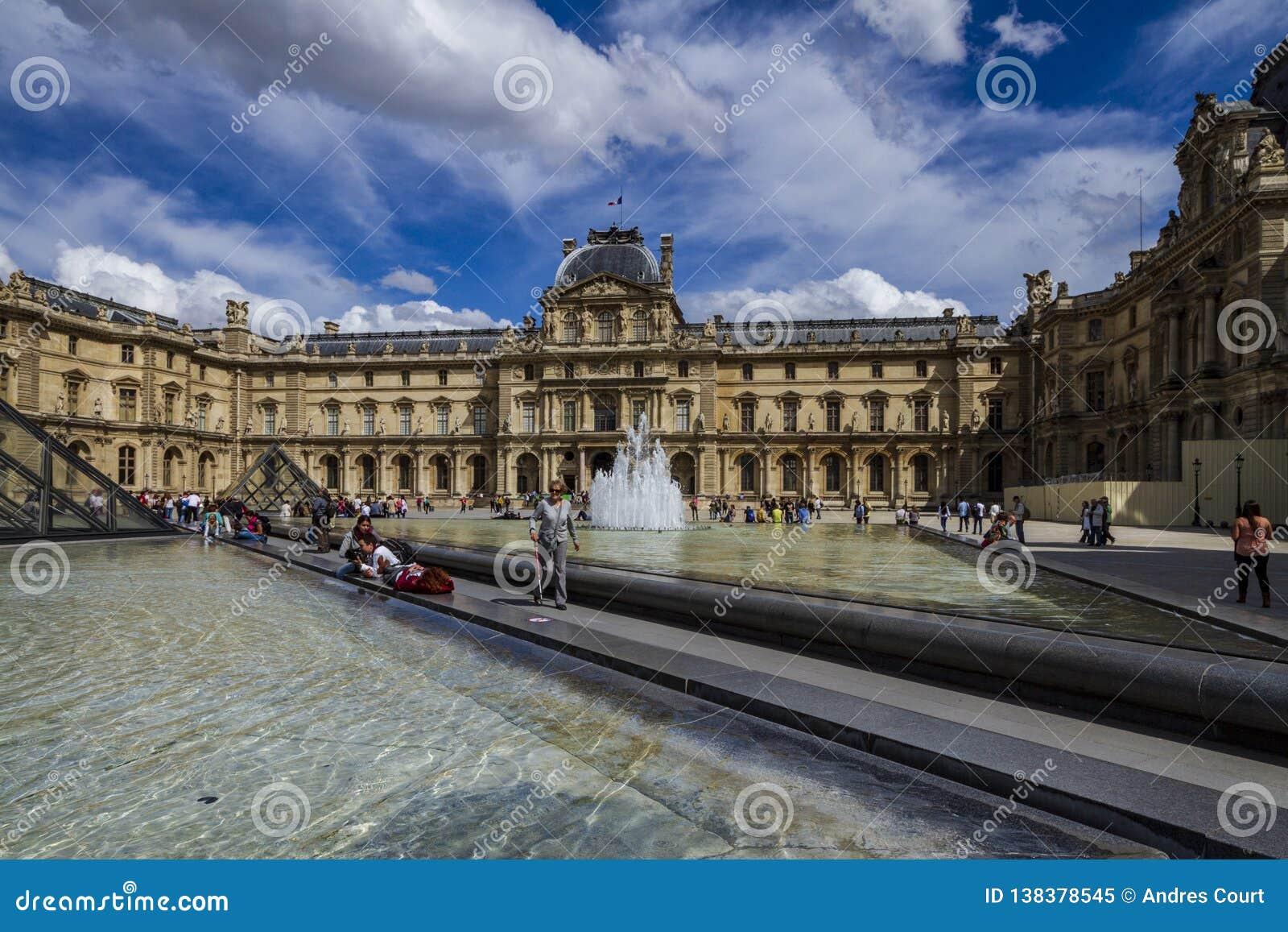 Фасад жалюзи в Париже