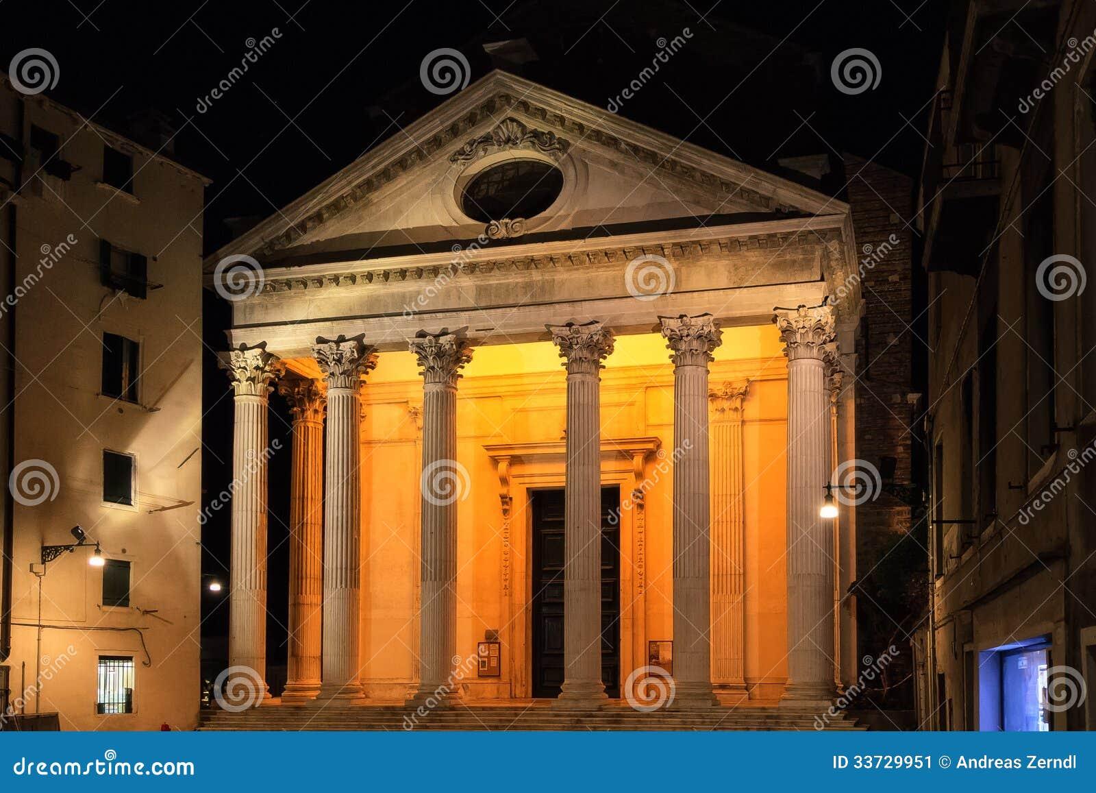 Фасад виска церков на Венеции.