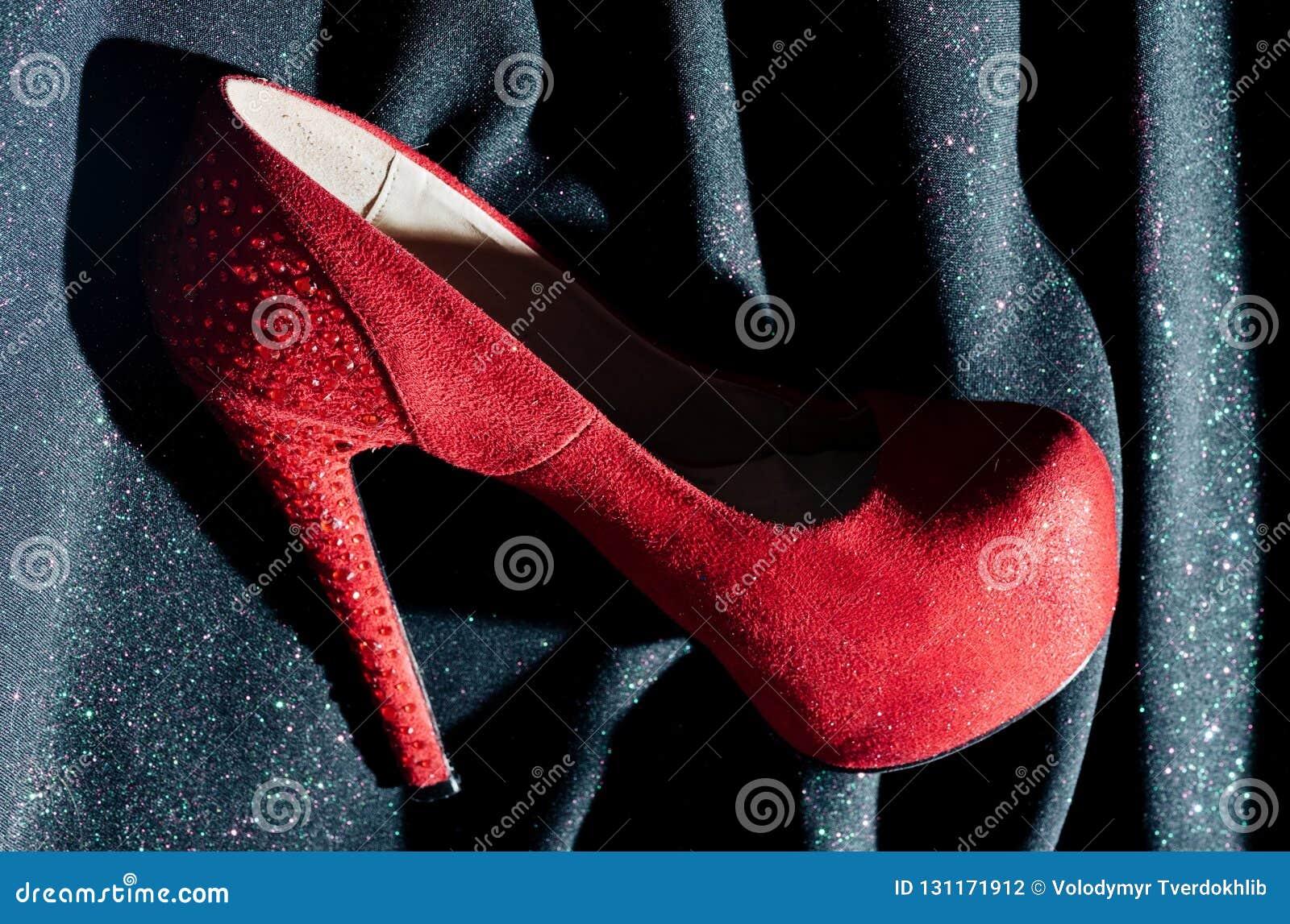 фасонируйте ботинок желание Шоппинг Магазин ботинок красные ботинки для дамы фетиш и любовь Женщина в обувном магазине Красотка и