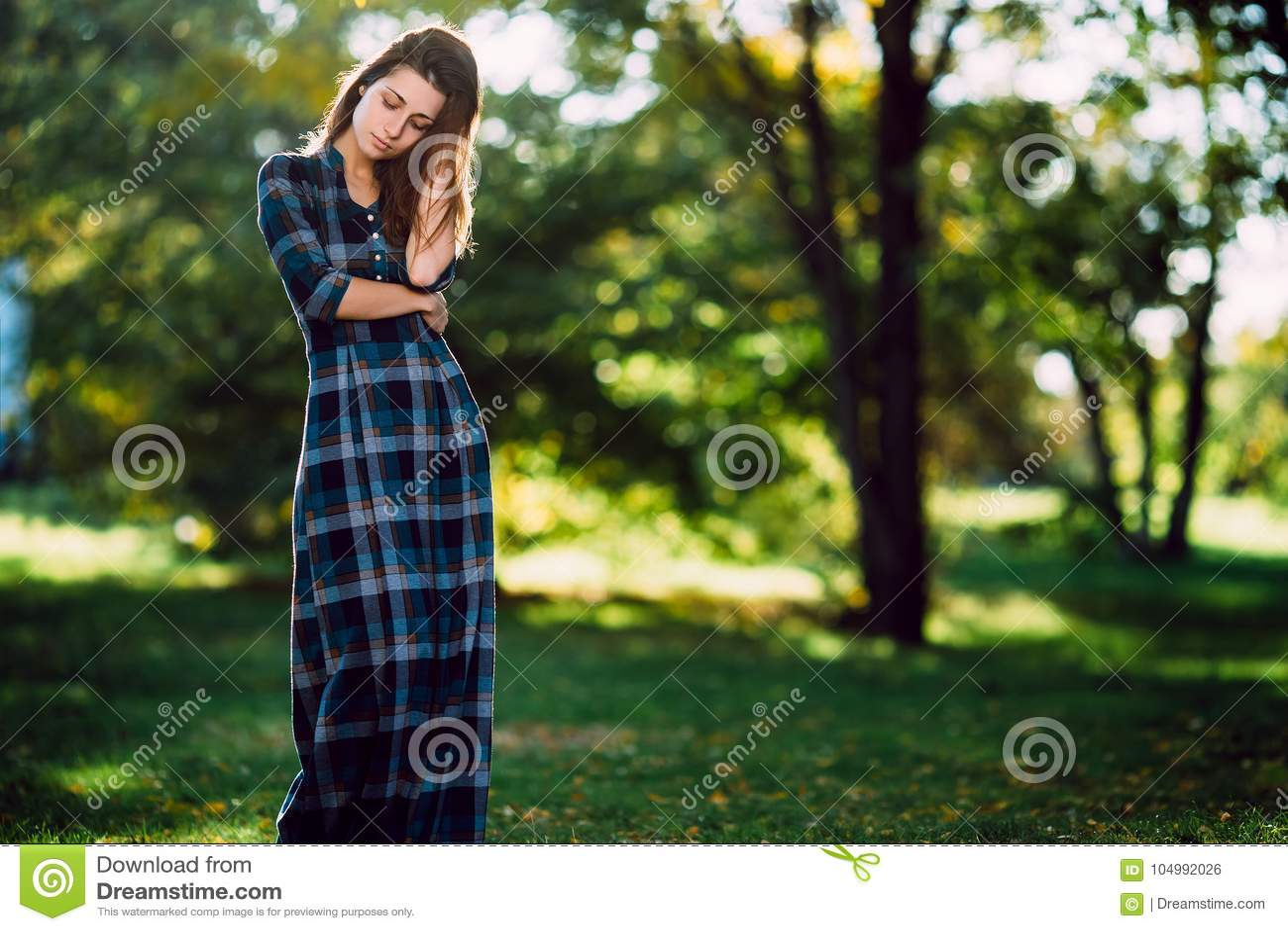 Фасонируйте внешний портрет шикарной длинной женщины волос в длинном checkered голубом платье - стиле весны Модная маленькая дево