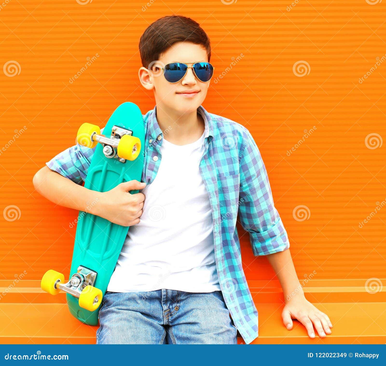 Фасонируйте мальчику подростка портрета с носить скейтборда солнечные очки