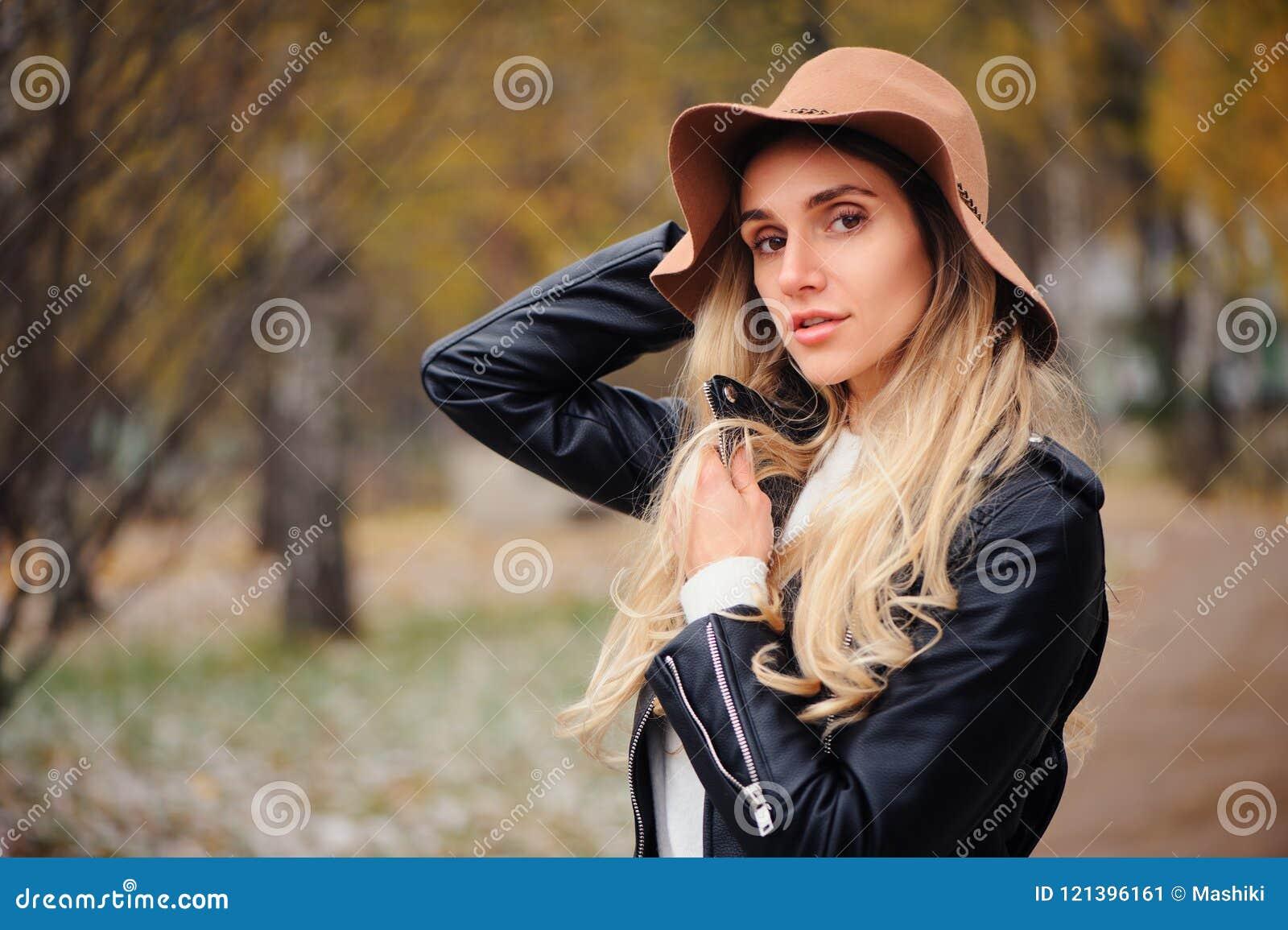 Фасонируйте портрет осени молодой счастливый идти женщины внешний в парке падения