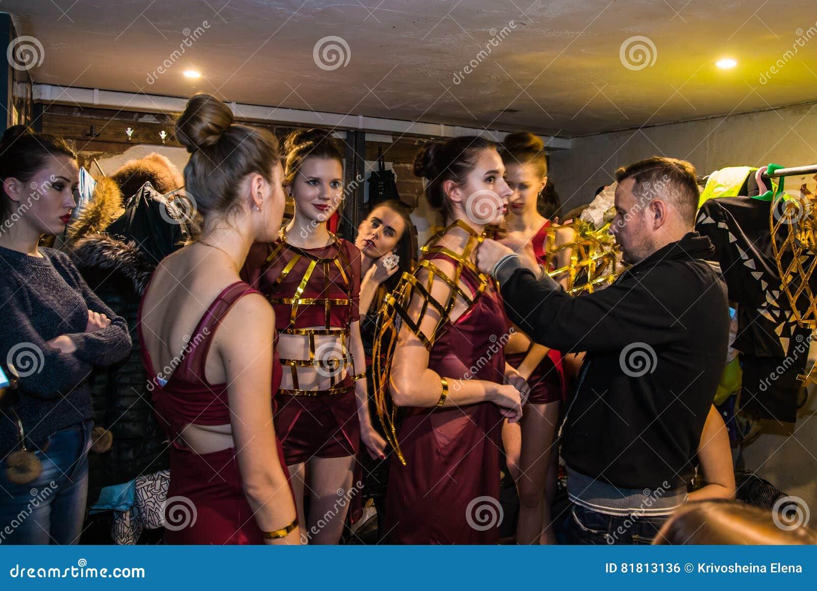 Фасонируйте хаос искусства представления в черноте Розе ночного клуба в Kirov