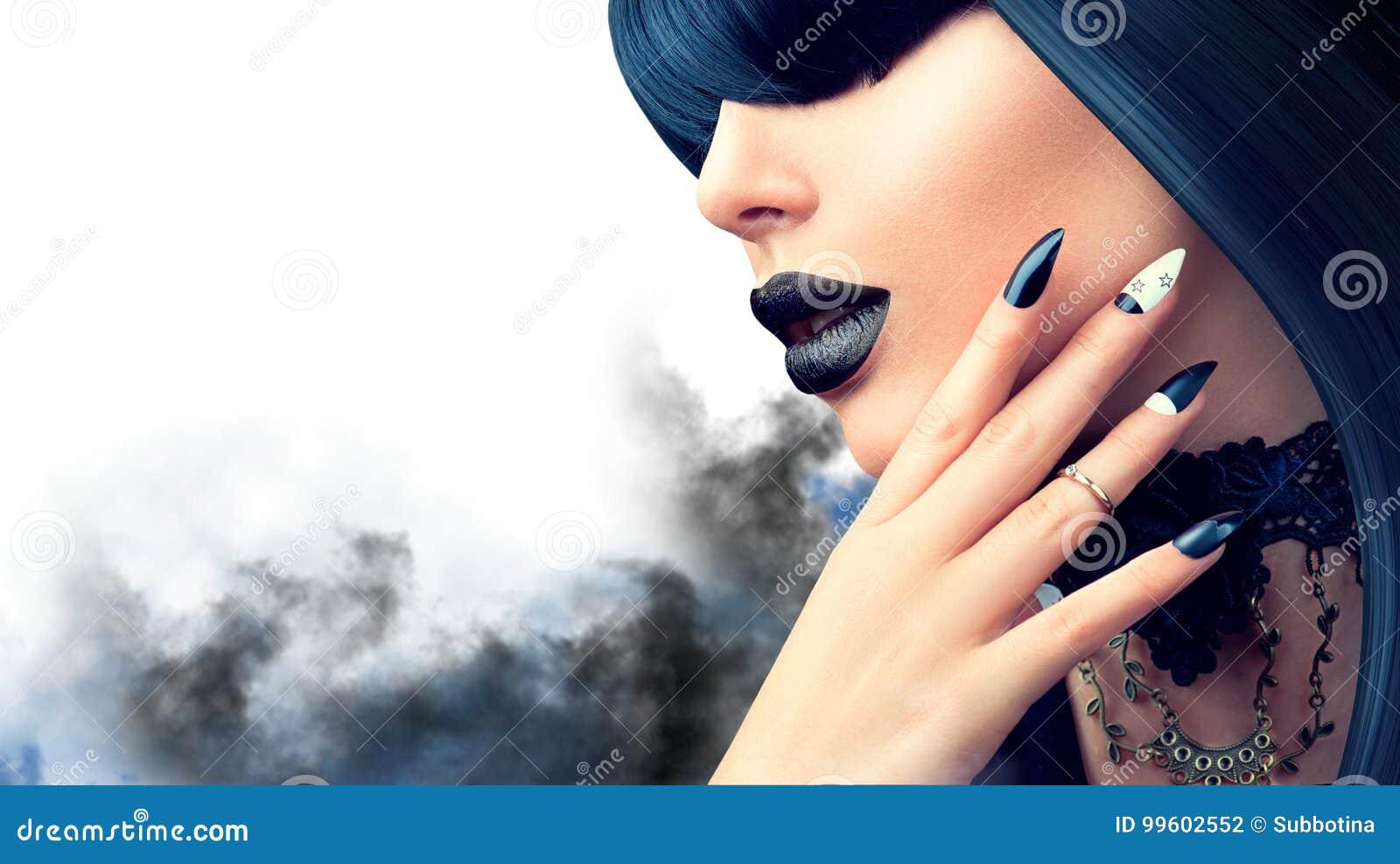 Фасонируйте хеллоуину модельную девушку с готическими черными стилем причёсок, составом и маникюром