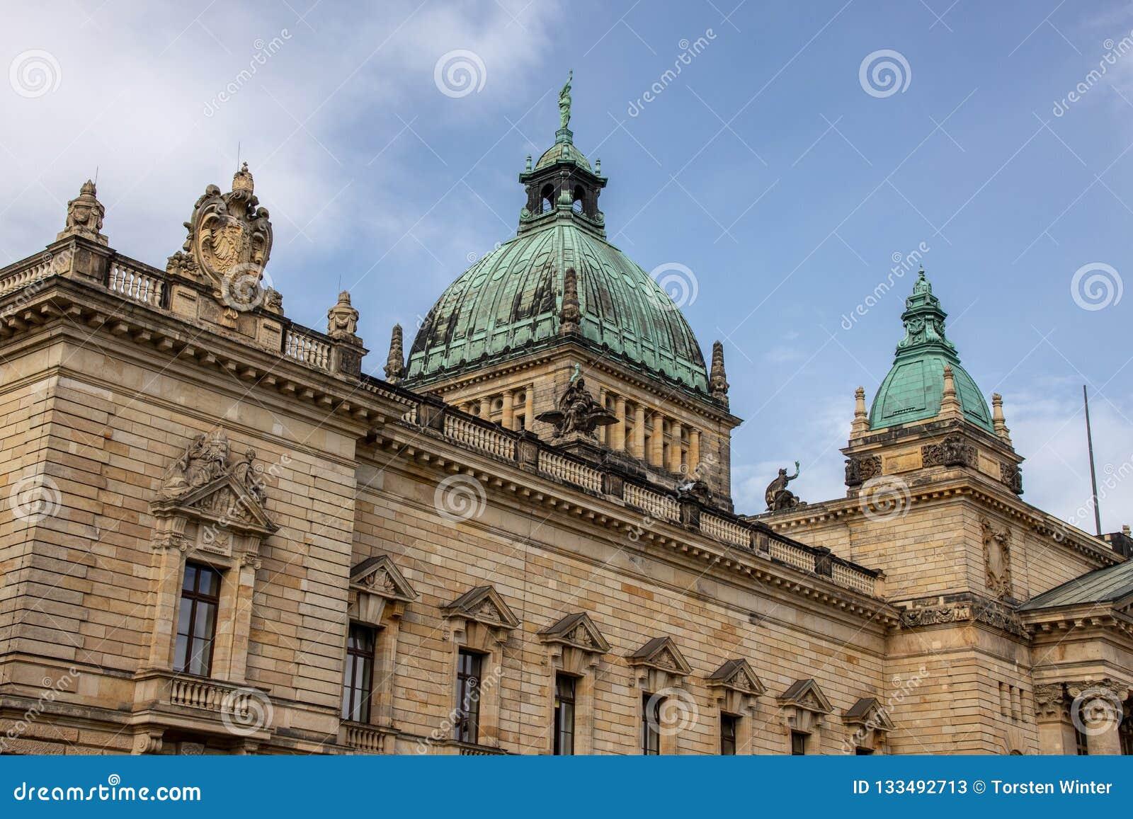 Федеральный административный суд Лейпциг с голубым небом