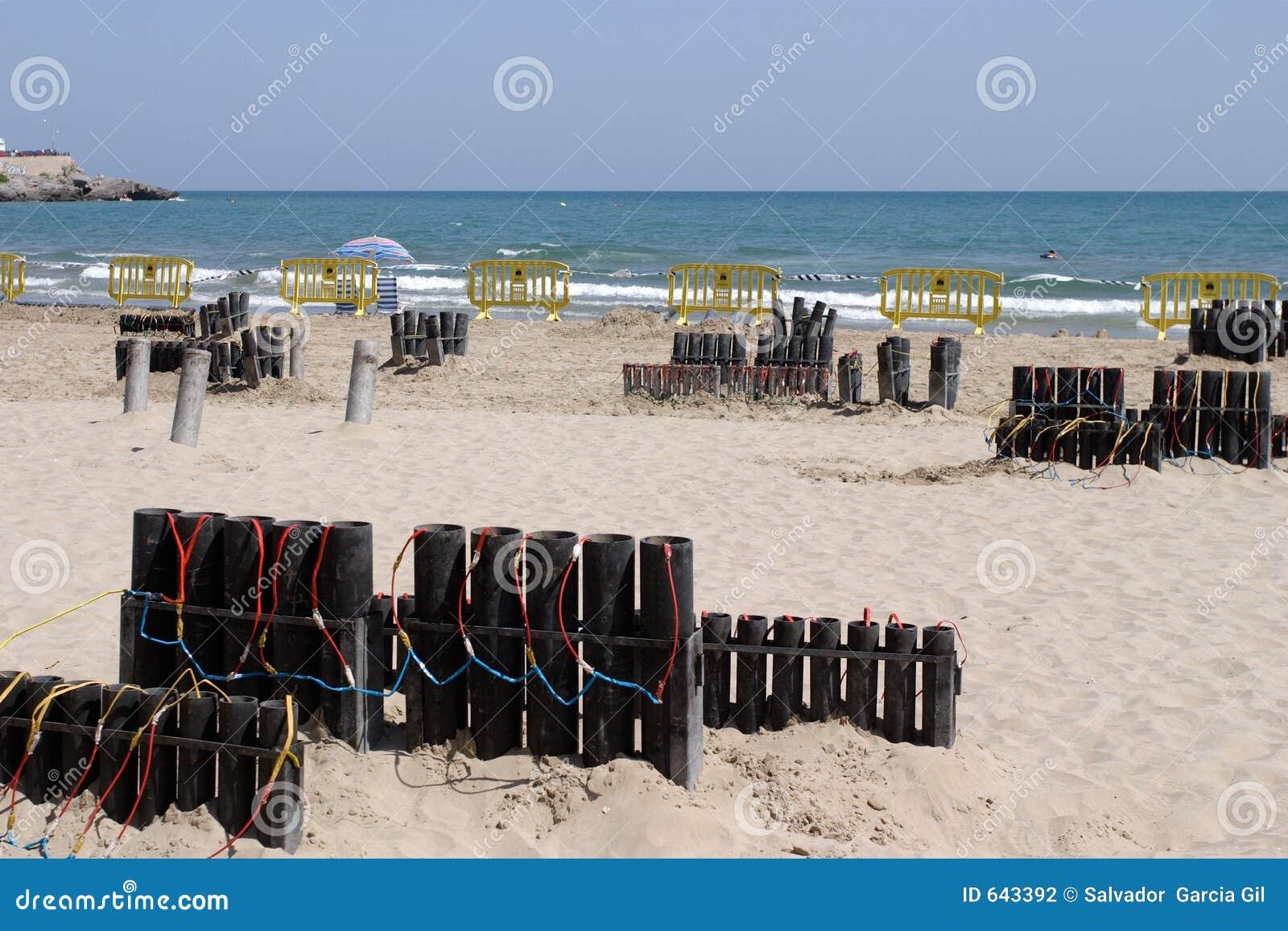 Download феиэрверки пляжа стоковое фото. изображение насчитывающей coast - 643392