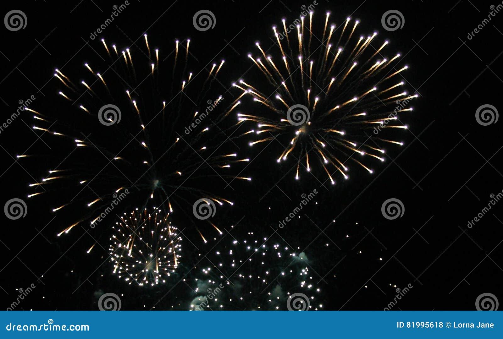 Фейерверки освещают вверх небо с ослеплять дисплеем
