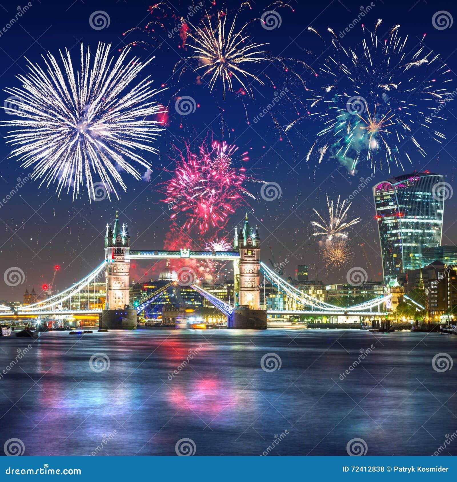 Фейерверки показывают над мостом башни в Лондоне Великобритании