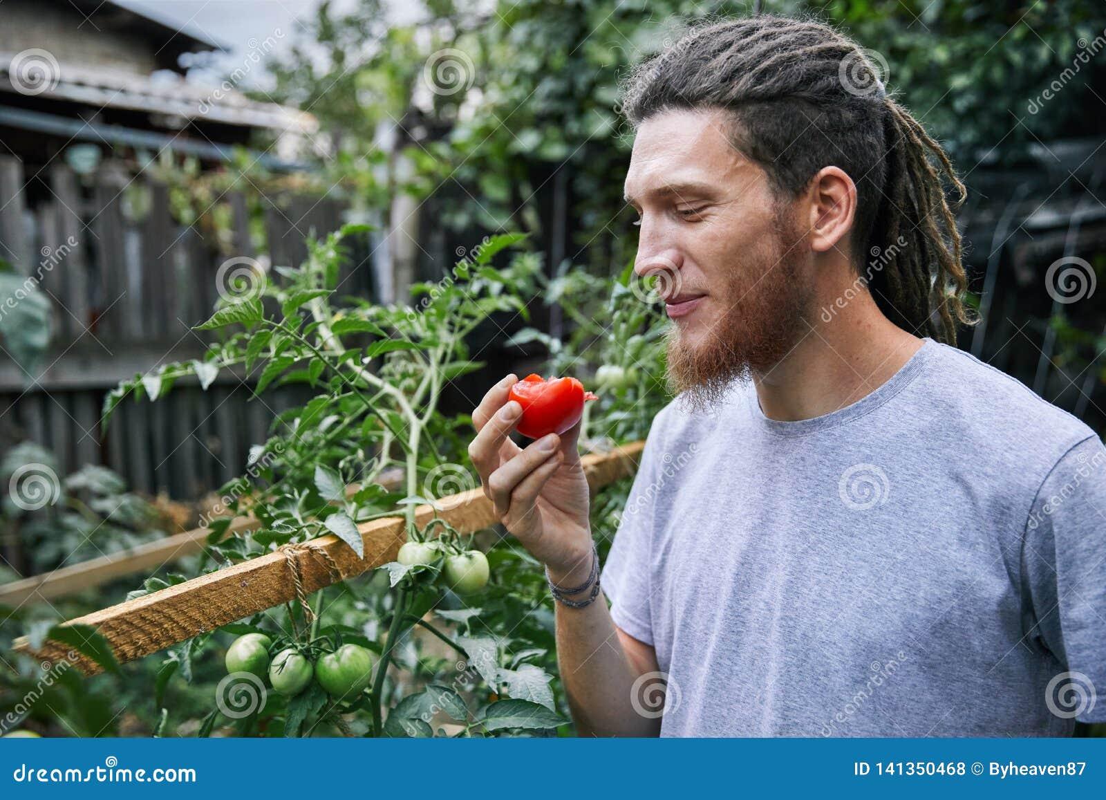 Фермер в саде