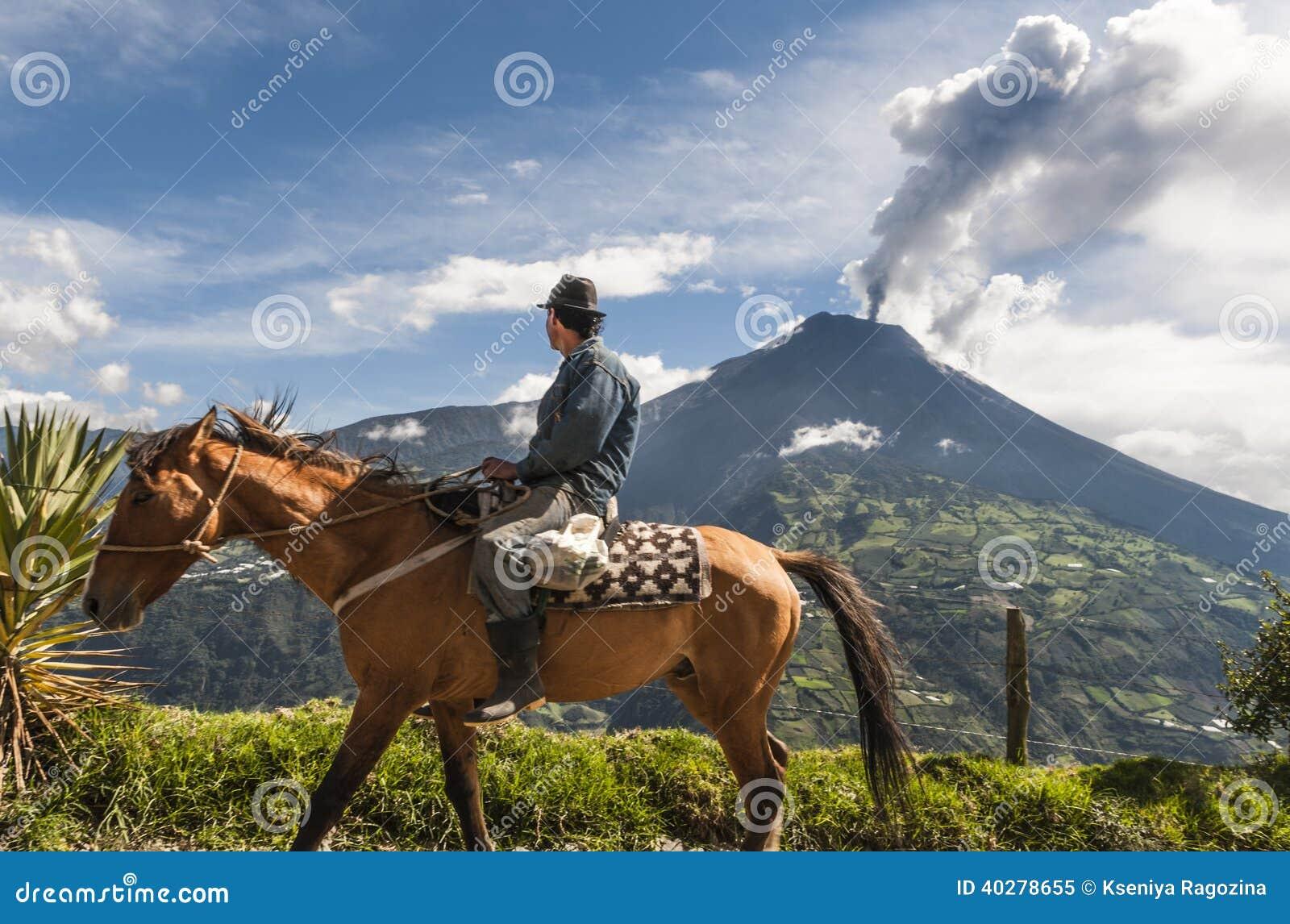 Фермер на лошади смотря извержение Tungurahua