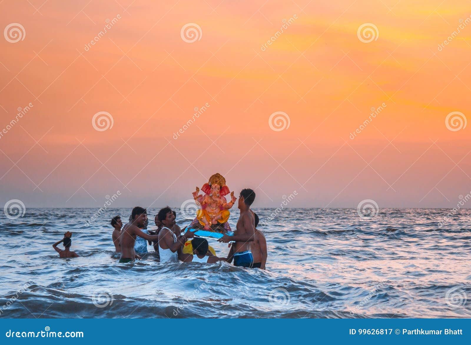 Фестиваль лорда Ganesha на воде, пляже Juhu, Мумбае, Индии