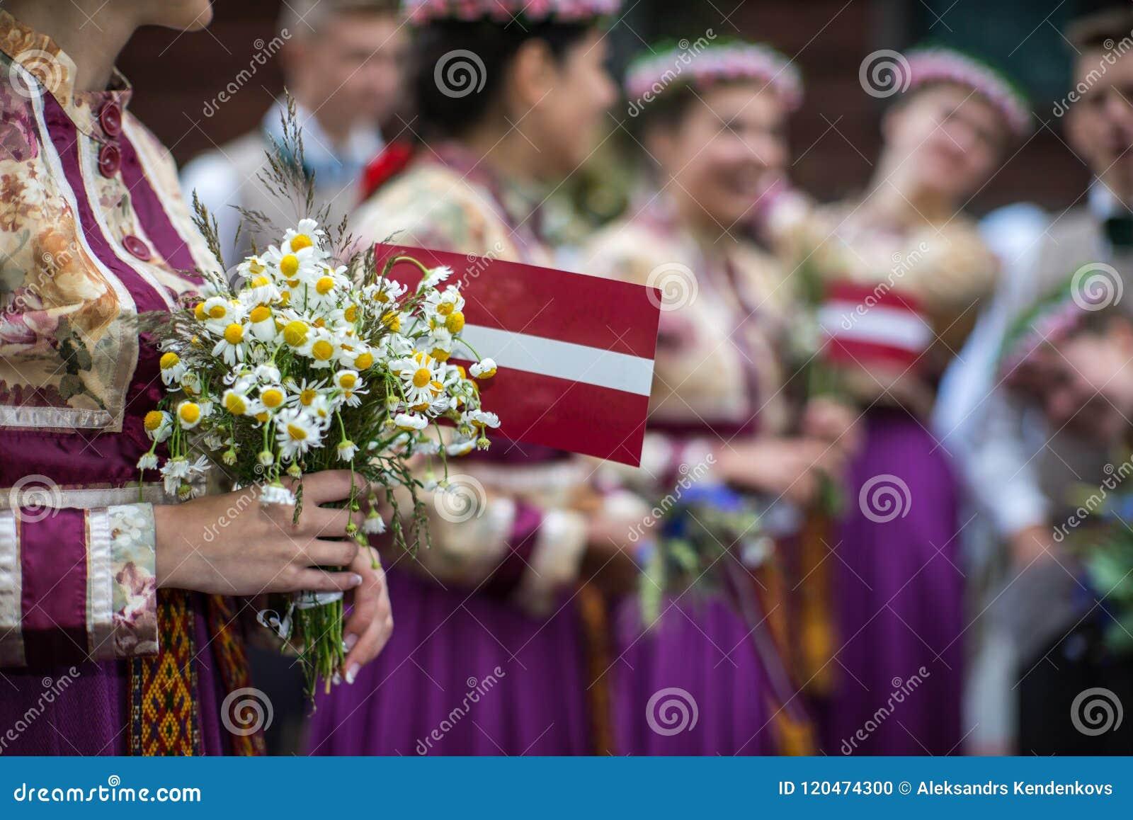 Фестиваль песни и танца в Латвии Шествие в Риге Элементы орнаментов и цветков Латвия 100 лет