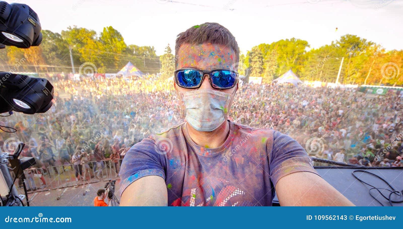 Фестиваль цвета 9-ое сентября 2017 Молдавии Chisinau Дарвина торжества Holi