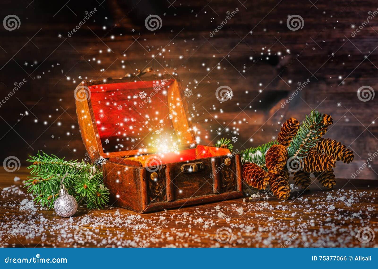 Фея зимы рождества с чудом фантазии в раскрытом trea комода