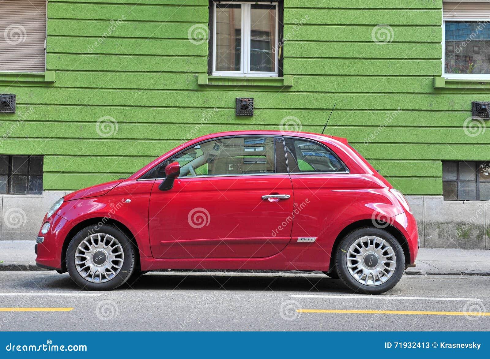 Фиат 500 припаркованный в улице