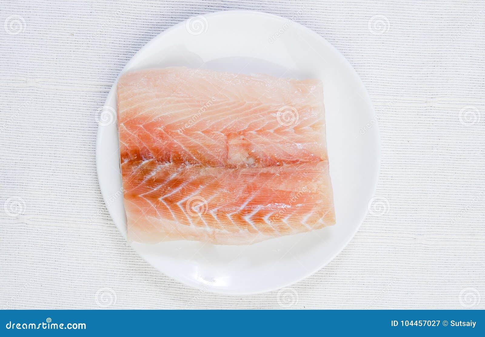 Филе свежих рыб на плите