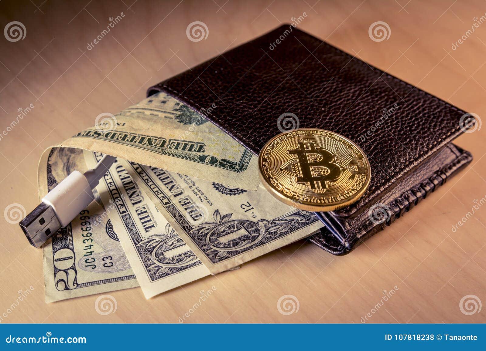 Финансовая концепция с золотым Bitcoin над бумажником с долларами США и USB привязывают