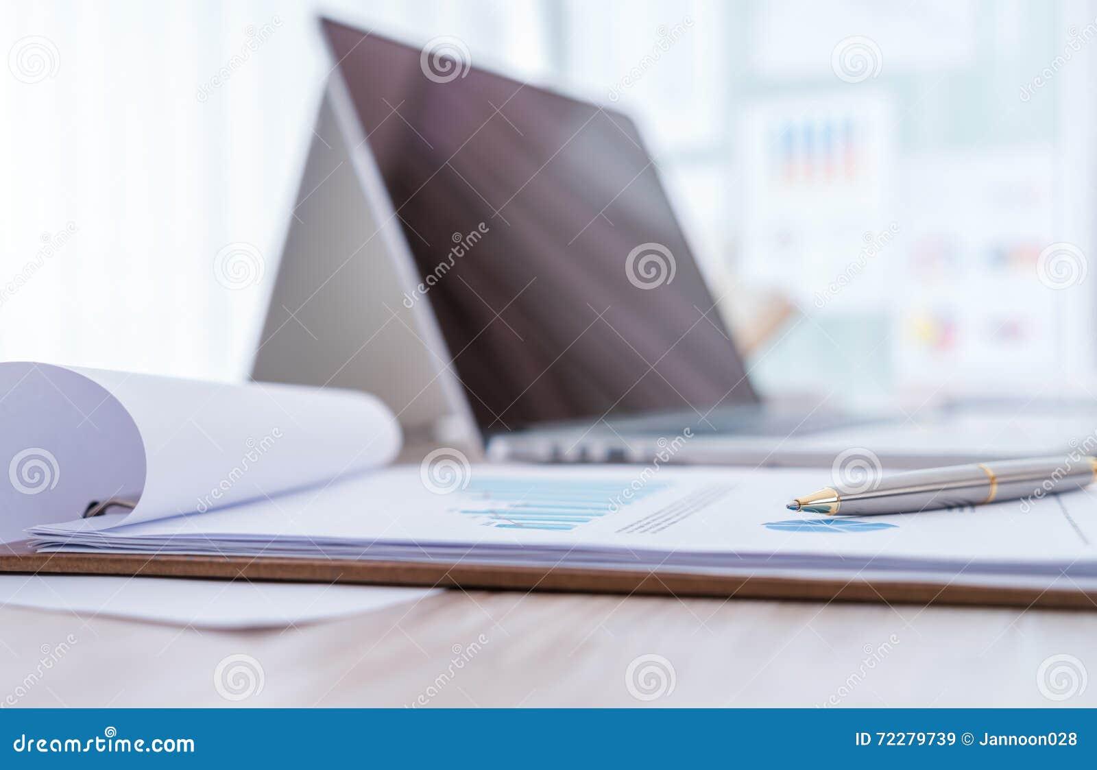 Download Финансовые диаграммы на таблице с компьтер-книжкой Стоковое Изображение - изображение насчитывающей управление, обмен: 72279739