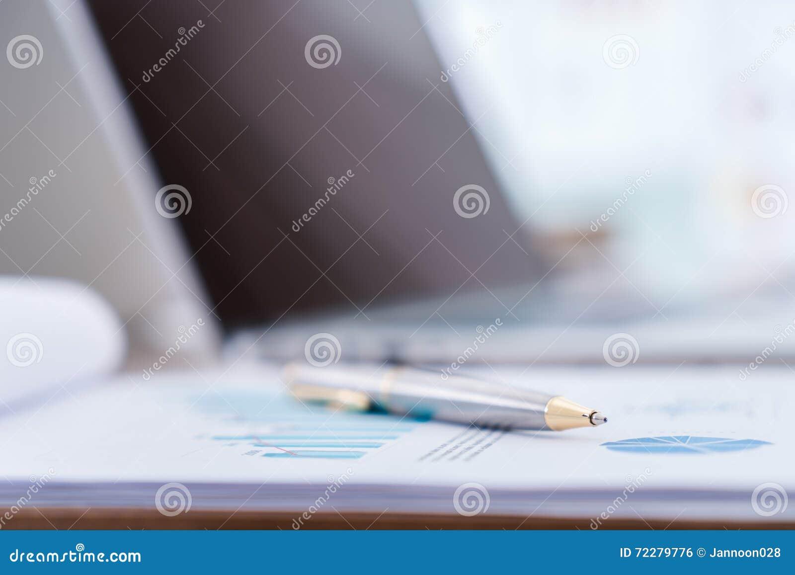 Download Финансовые диаграммы на таблице с компьтер-книжкой Стоковое Фото - изображение насчитывающей бухгалтеров, bluets: 72279776