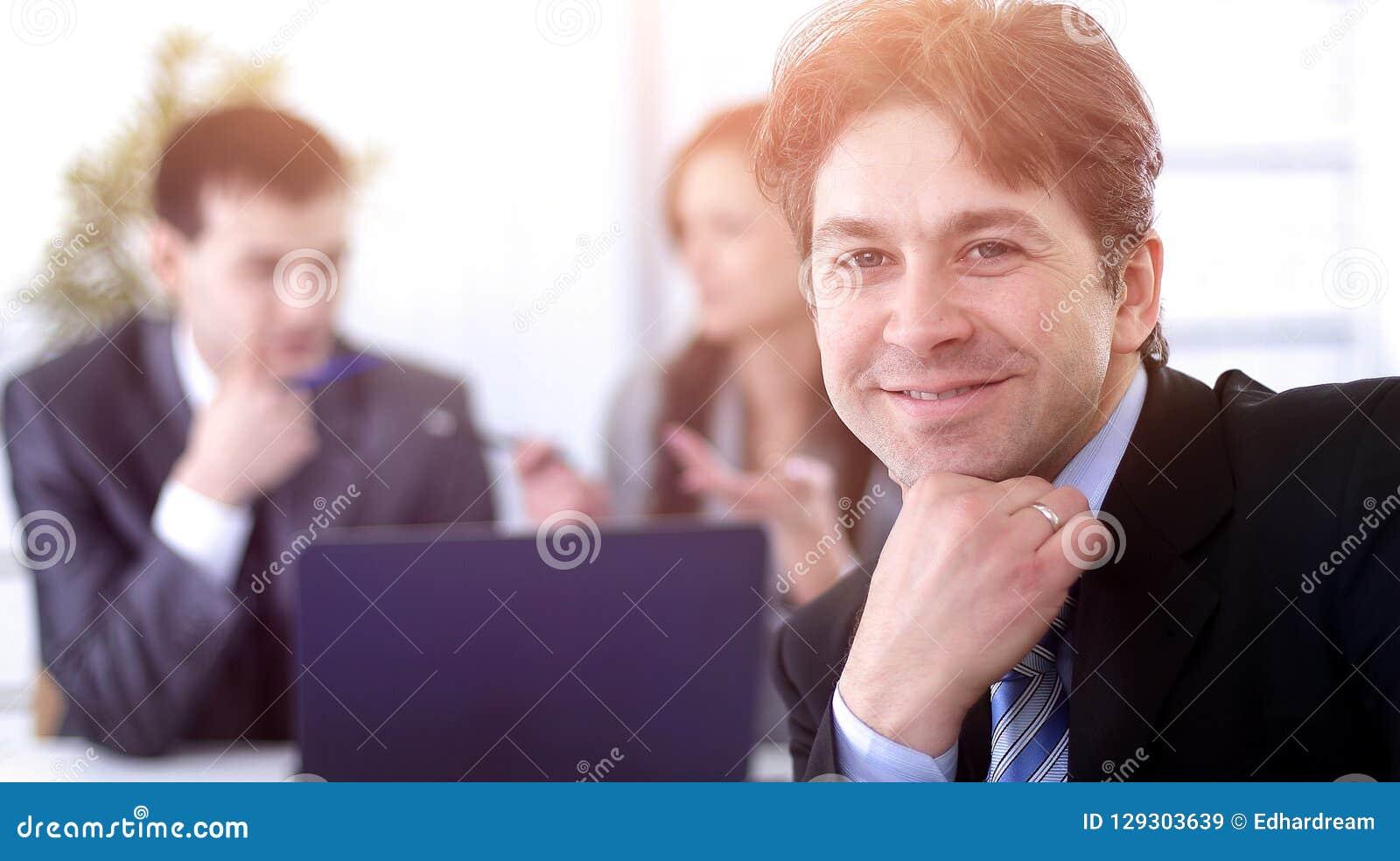 Финансовые менеджеры в рабочем месте