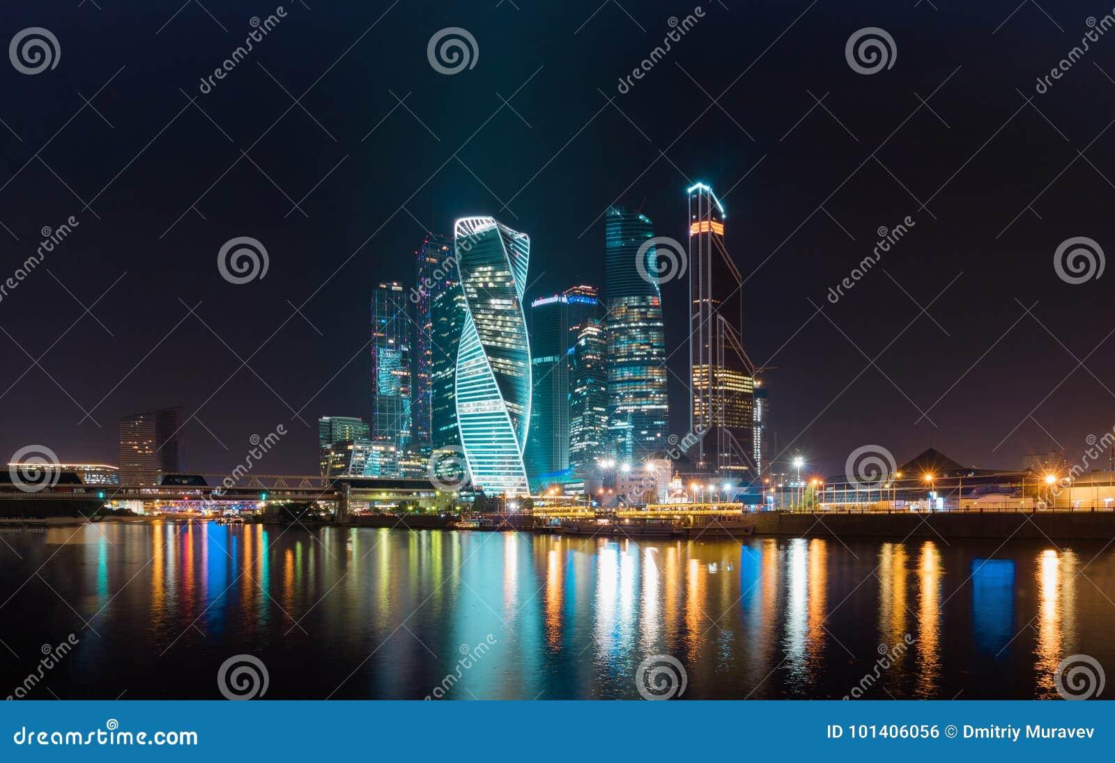 Финансовый район города в красочной ноче освещает Полуночные света большого города Москвы отражены в реке