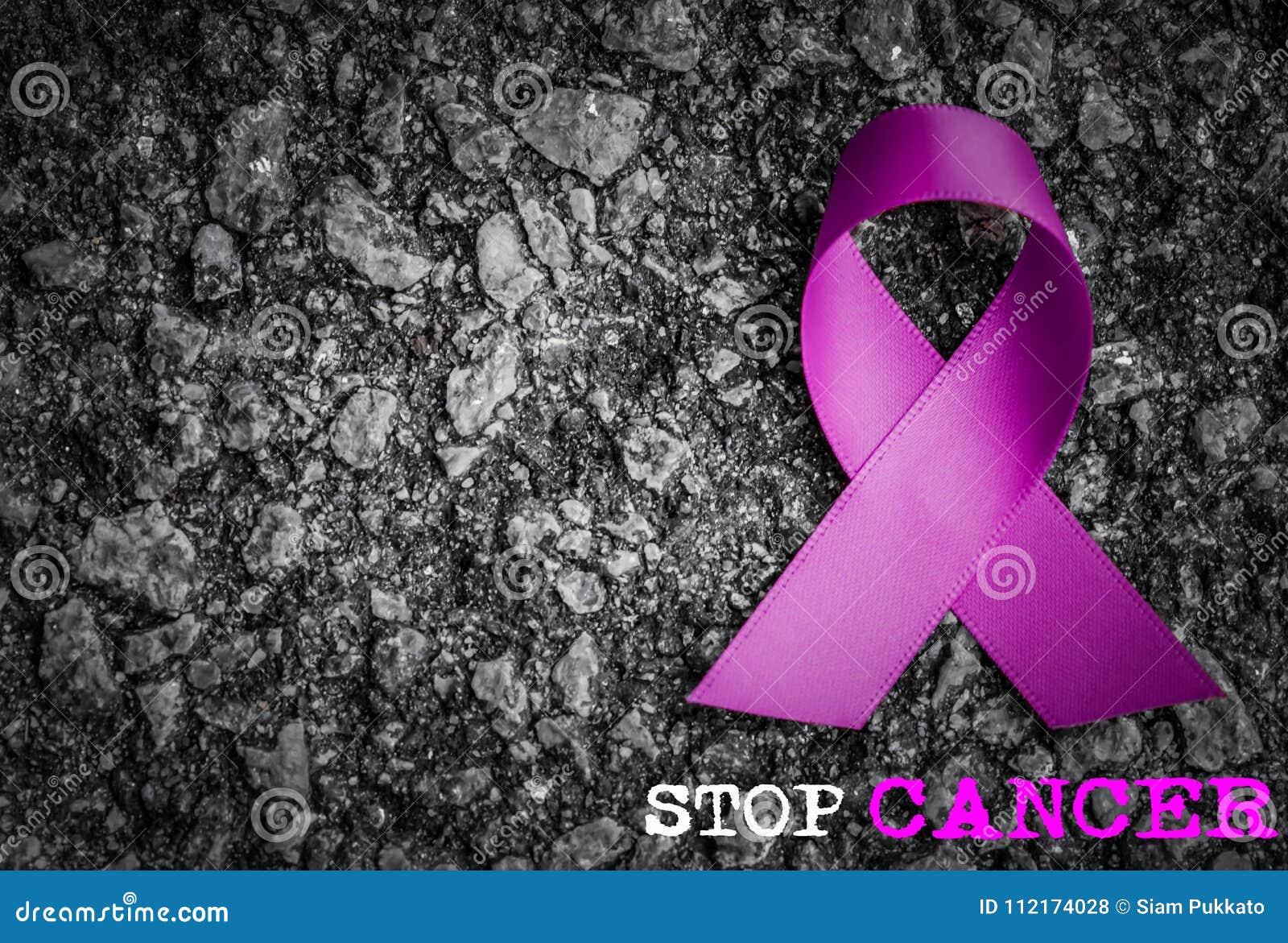 Фиолетовая осведомленность ленты на темной предпосылке с словом КАРЦИНОМЫ СТОПА