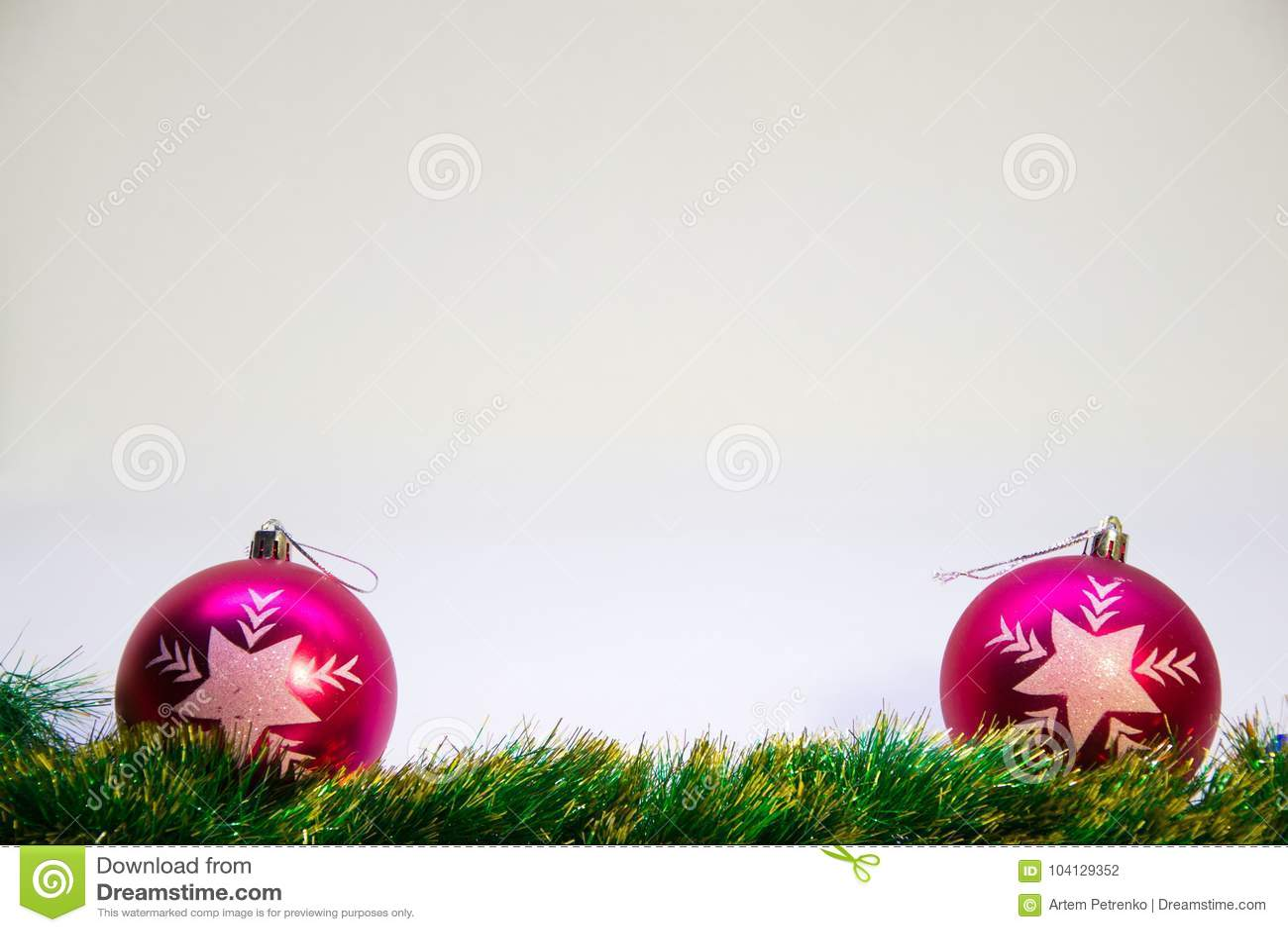 Фиолетовые шарики, и аксессуары для рождества на белой предпосылке