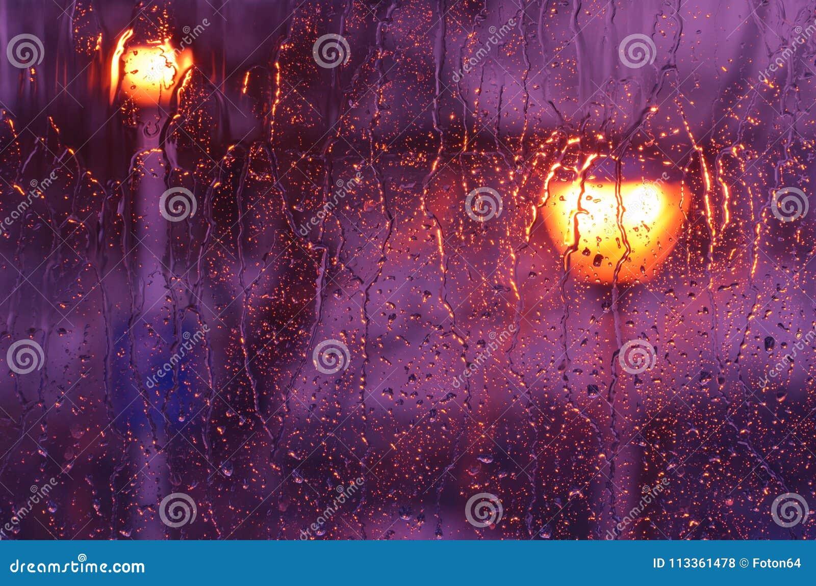 Фиолетовый дождь на стекле окна